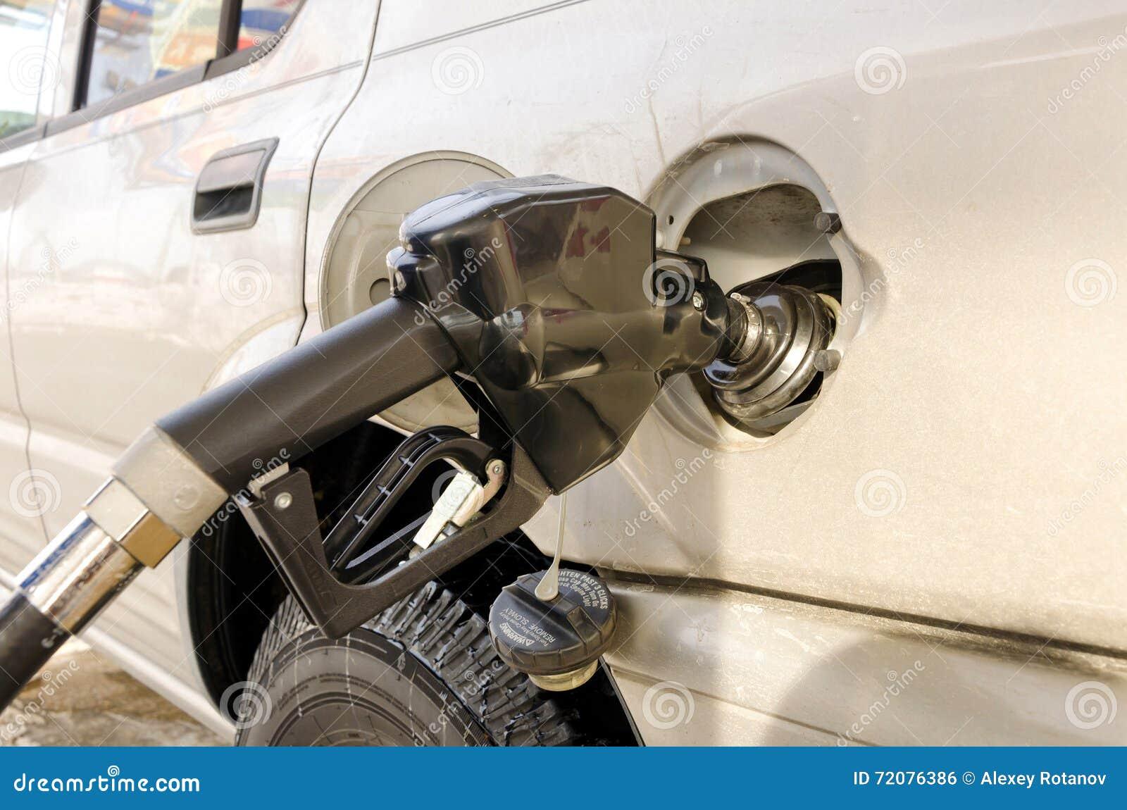 Bocal de combustível no tanque no posto de gasolina