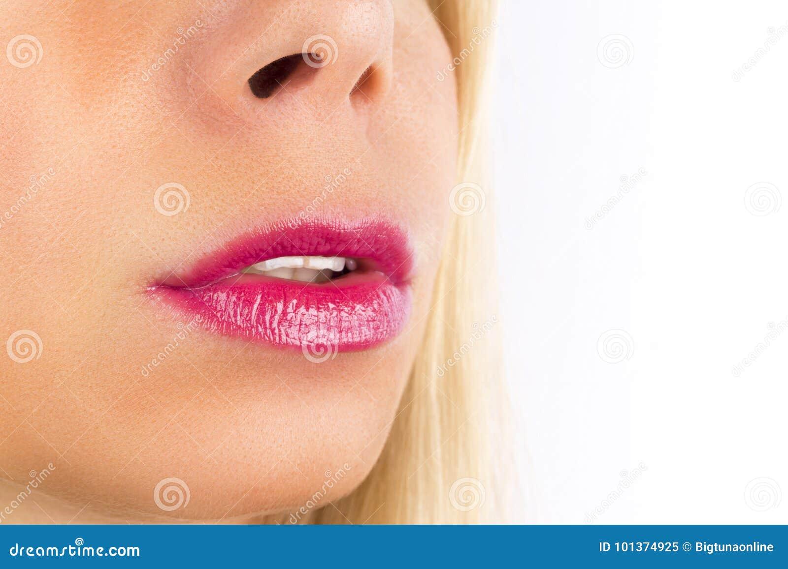 Bocca femminile di trucco naturale perfetto del labbro del primo piano bella Labbra piene sexy grassottelle Macro dettaglio del f