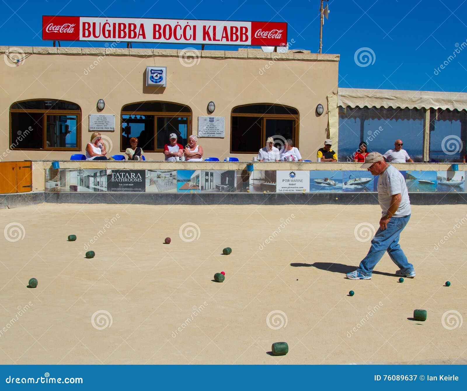 Bocci étant joué dans Bugibba, Malte