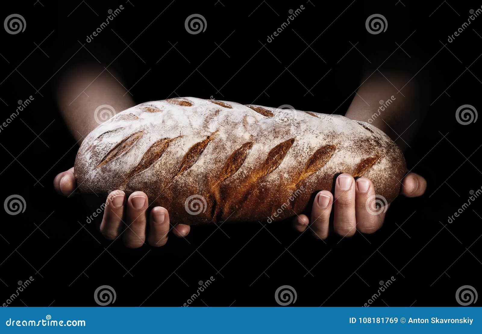 Bochenek świeżo piec chleb w rękach piekarz