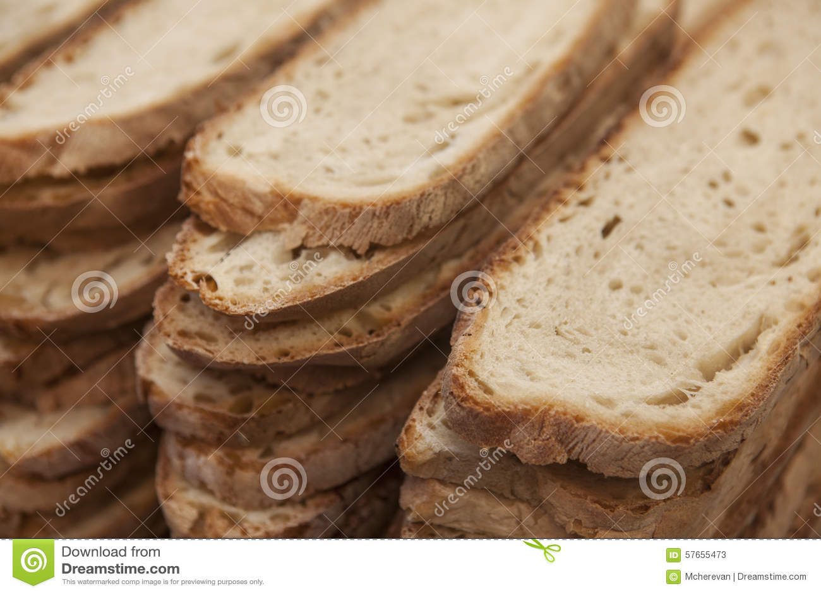 Bochenek domowej roboty pokrojony chleb, posiłek durum banatka