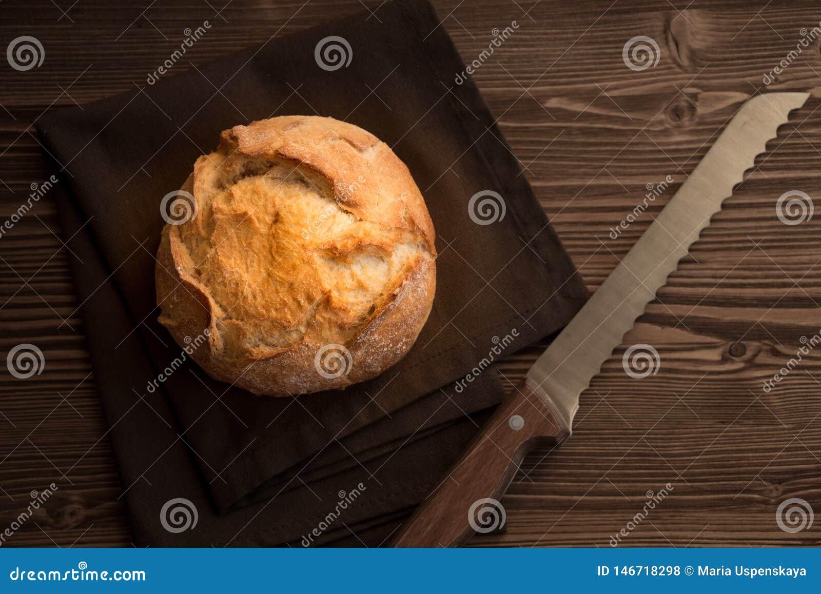Bochenek pszeniczny chleb na drewnianym stole