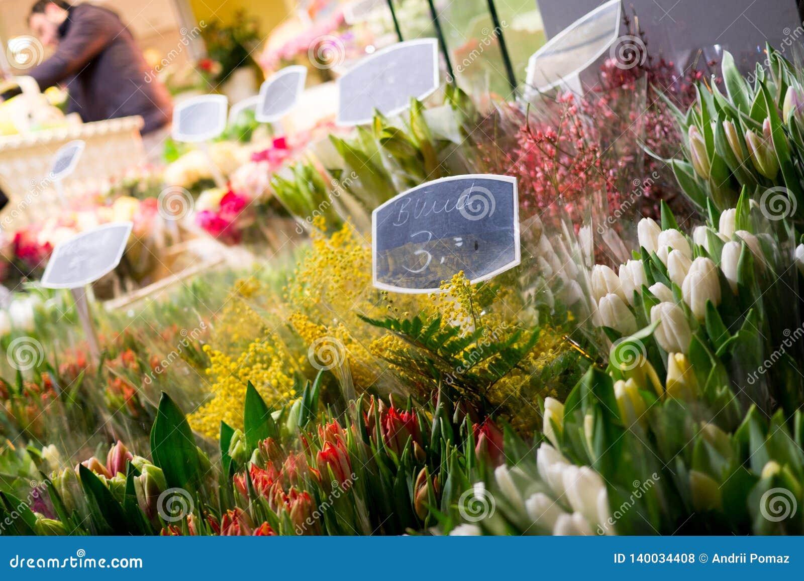 Bockets de las flores de la primavera vendidos en la calle