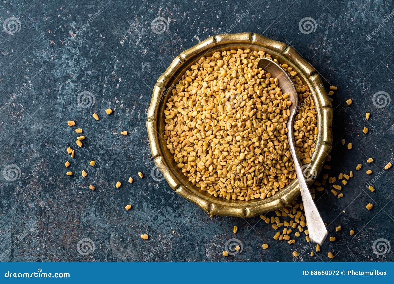 Bockhornsklöverfrö på metallplattan, krydda, kulinarisk ingrediens