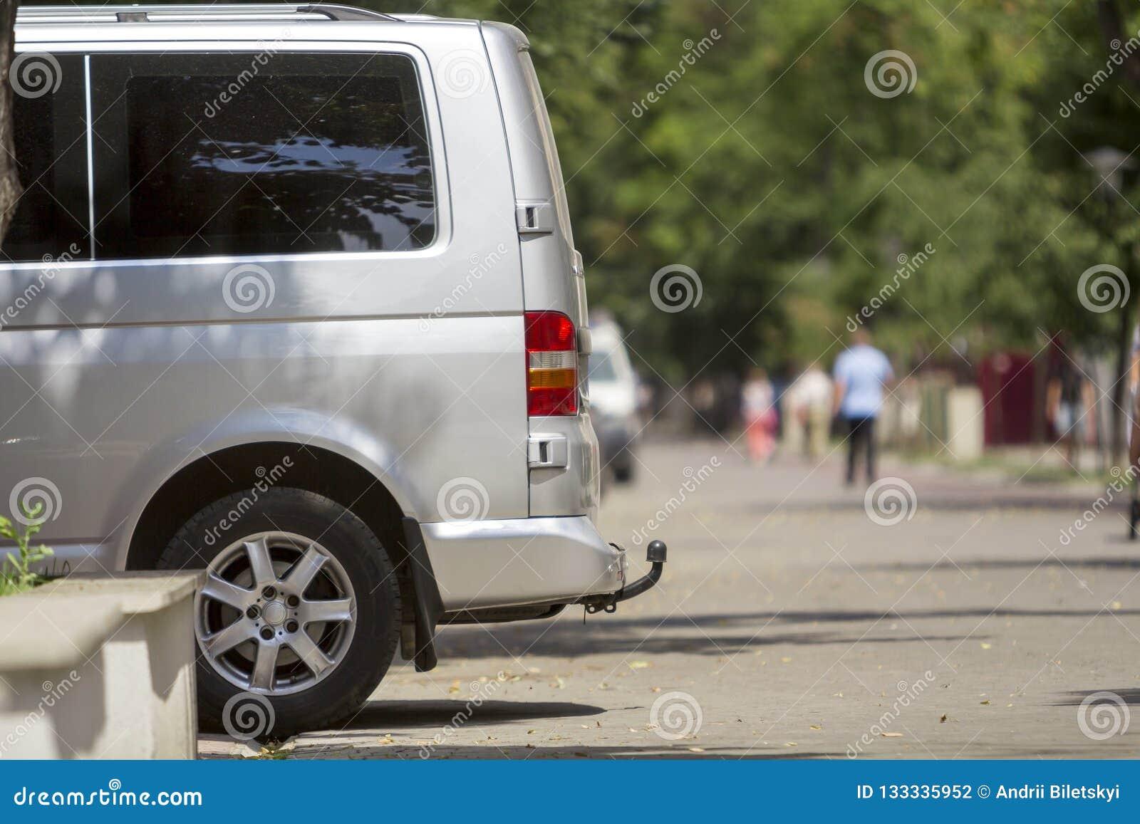 Bocznego widoku szczegół biały pasażerski średniego rozmiaru luksusowy minibus v