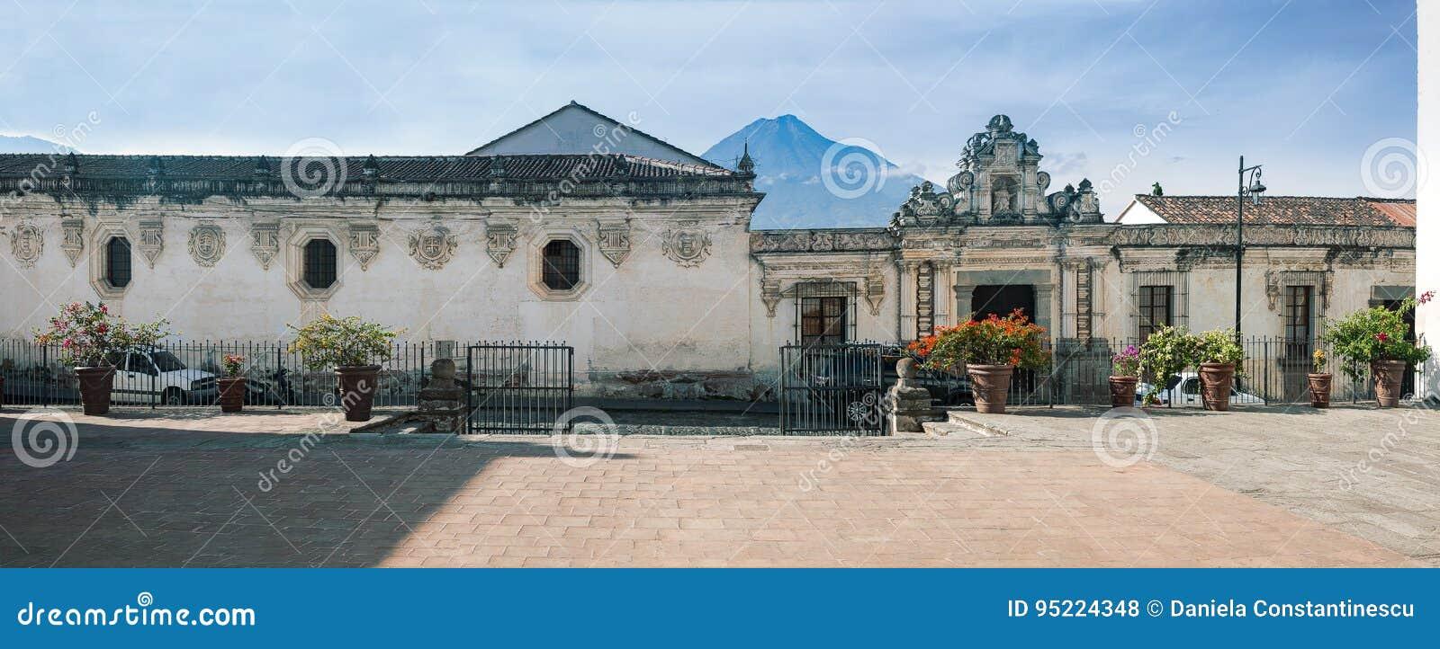 Bocznej ulicy fasada muzeum Kolonialne sztuki, jeden On