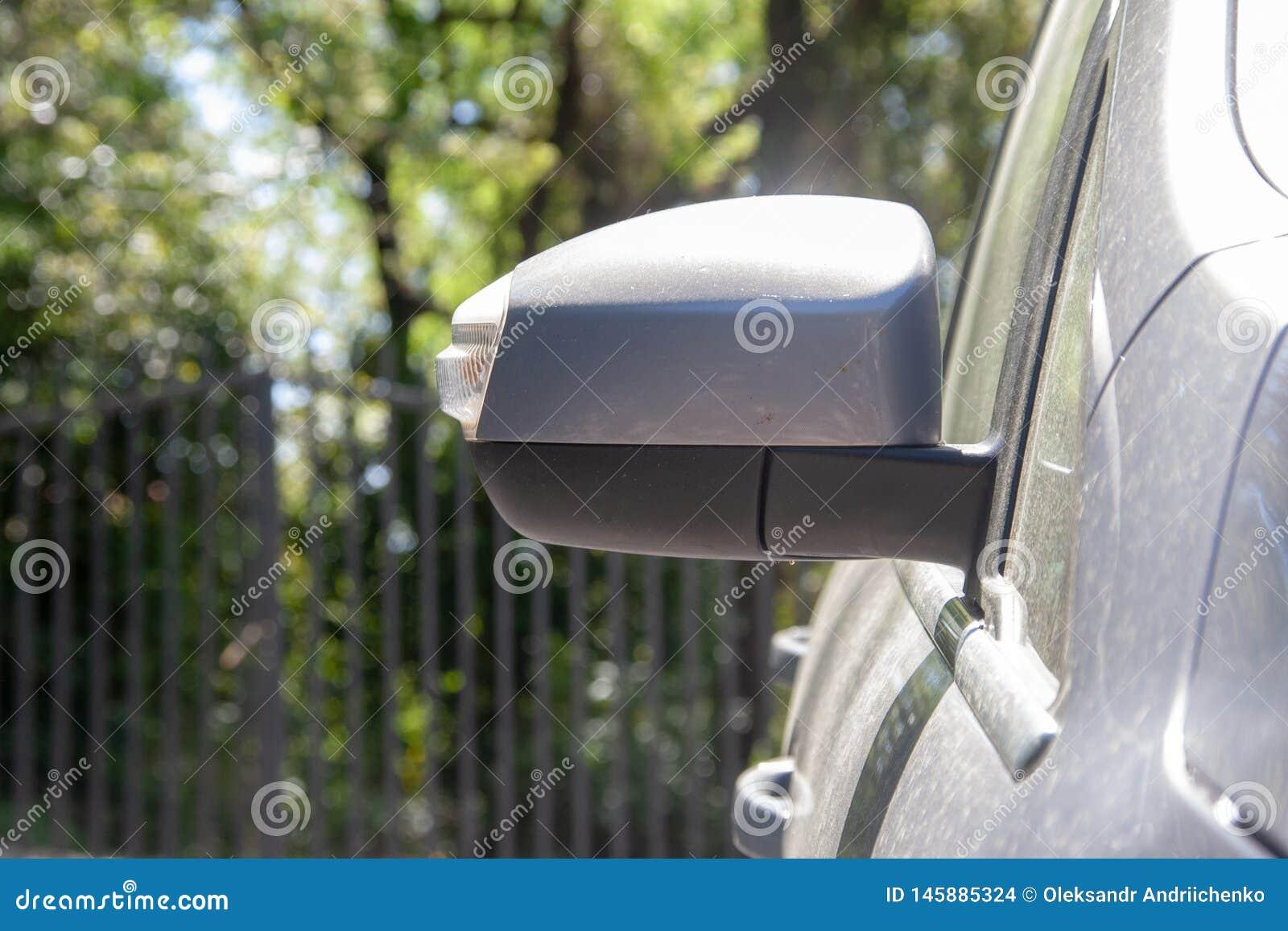 Boczny lustro na brudnym samochodzie