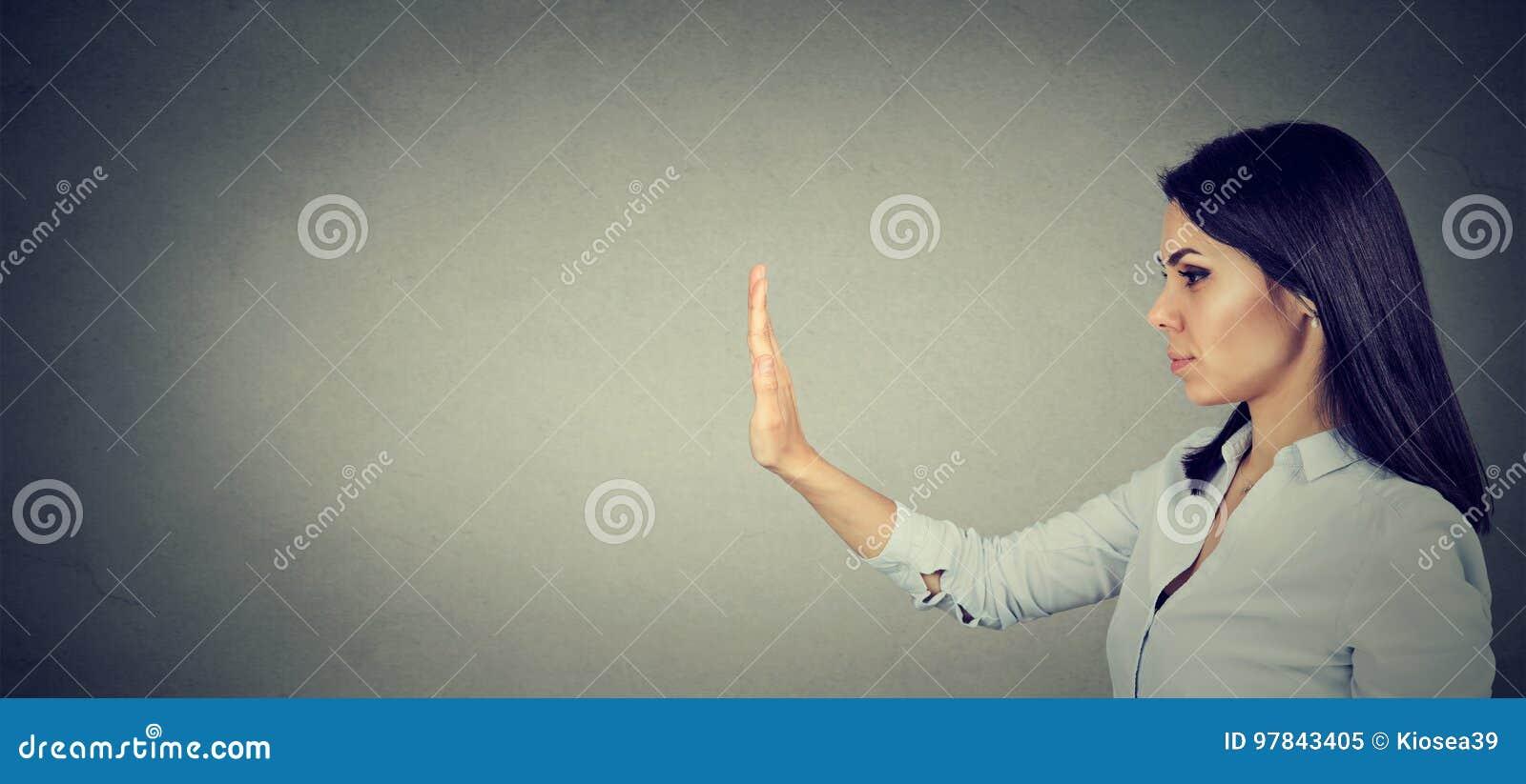 Boczny profil kobieta z przerwy ręki gestem