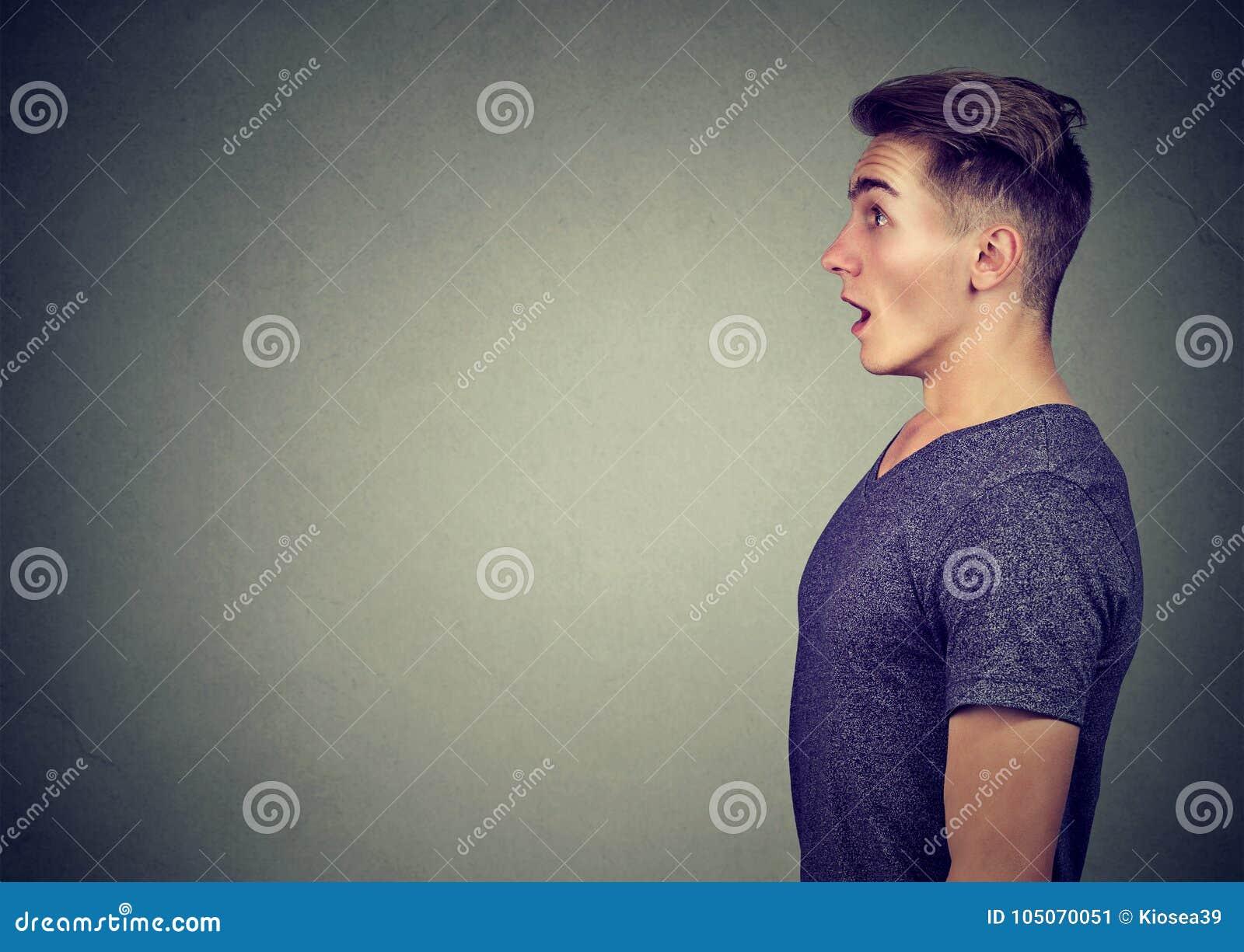 Boczny profil szokujący młody człowiek