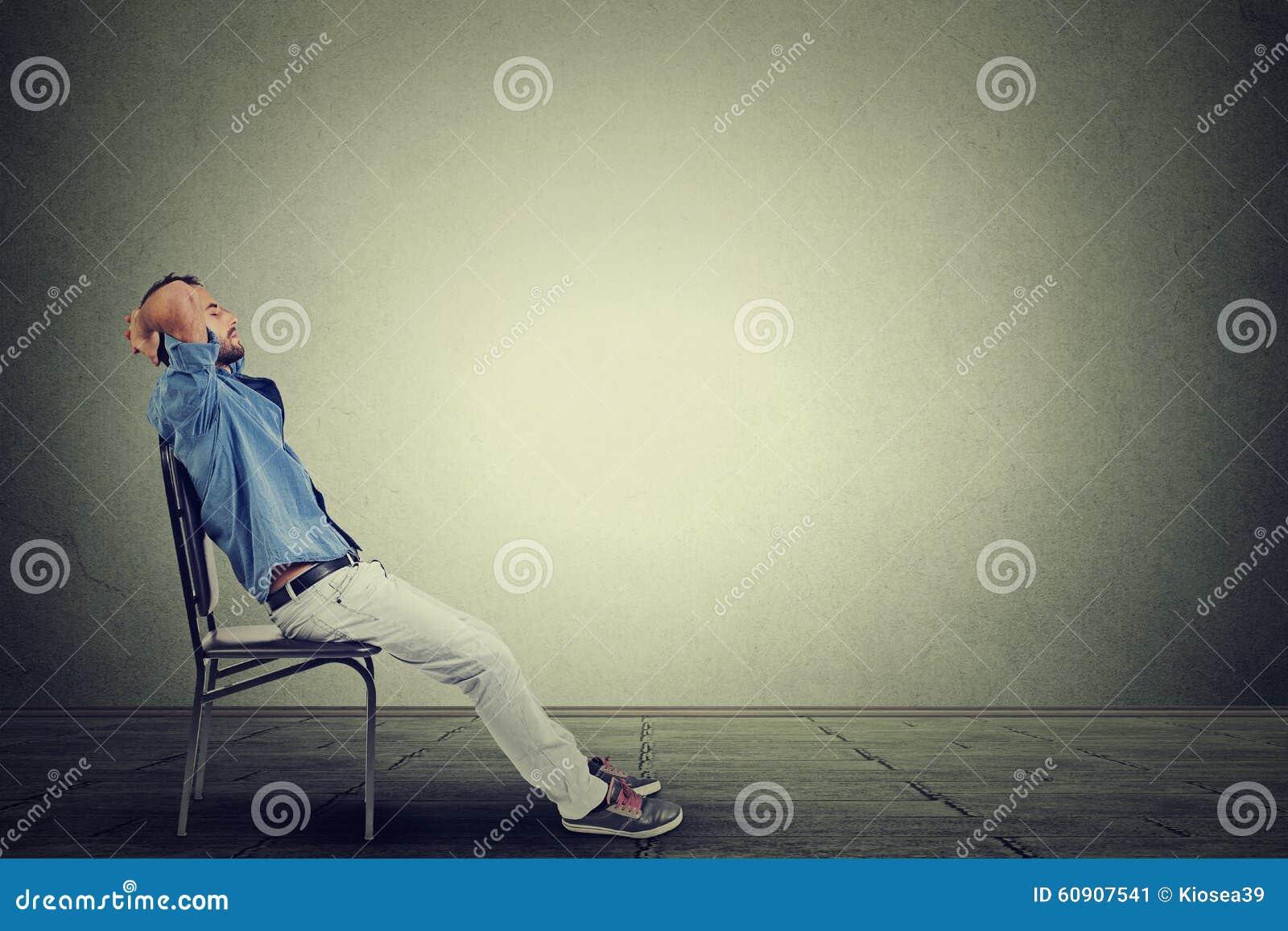 Boczny profilowy biznesowy mężczyzna relaksuje w jego pustym biurze