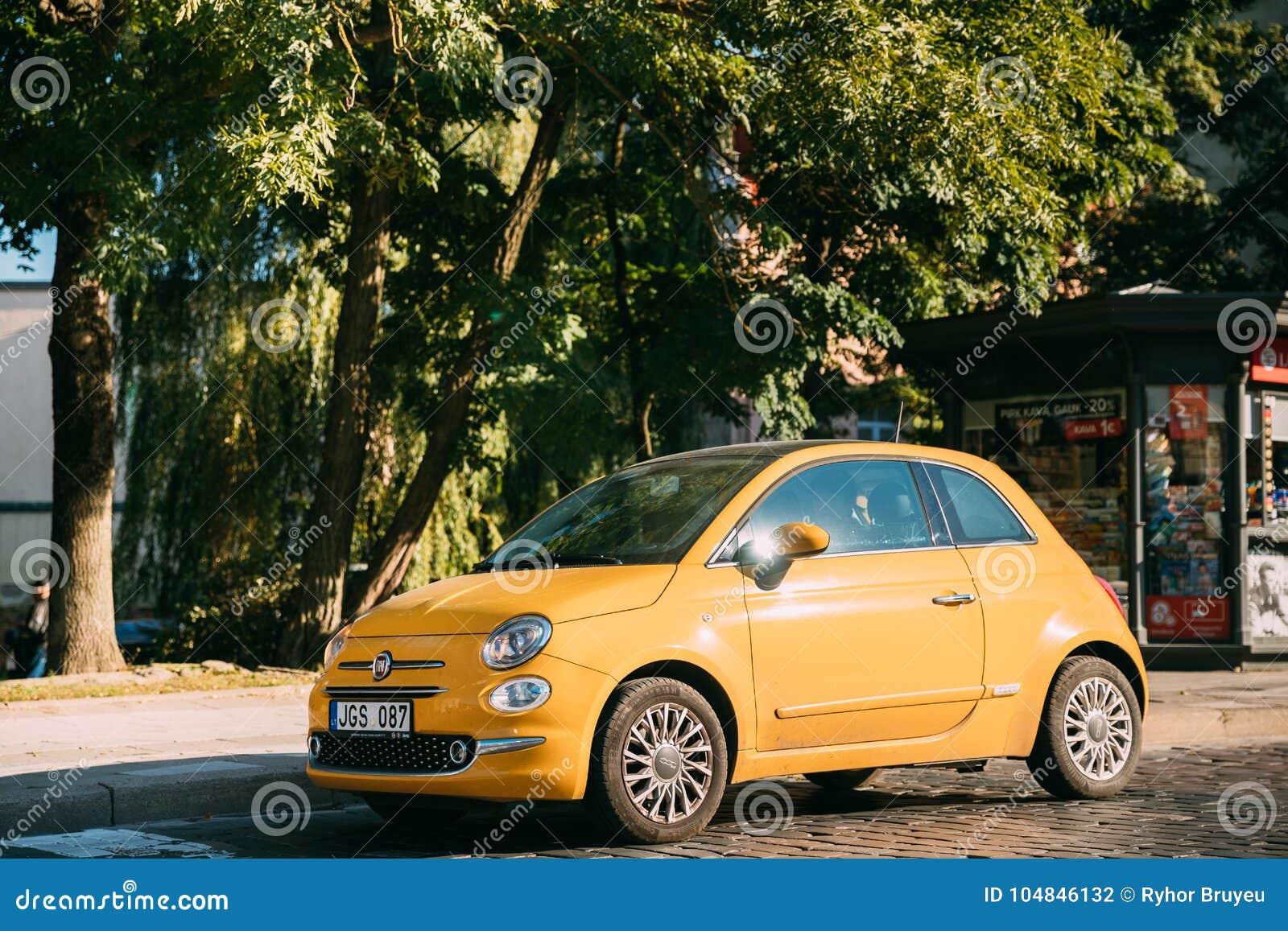 Wybitny Boczny Widok Żółty Koloru Fiat 500 Samochodu Parking Na Ulicie EA25