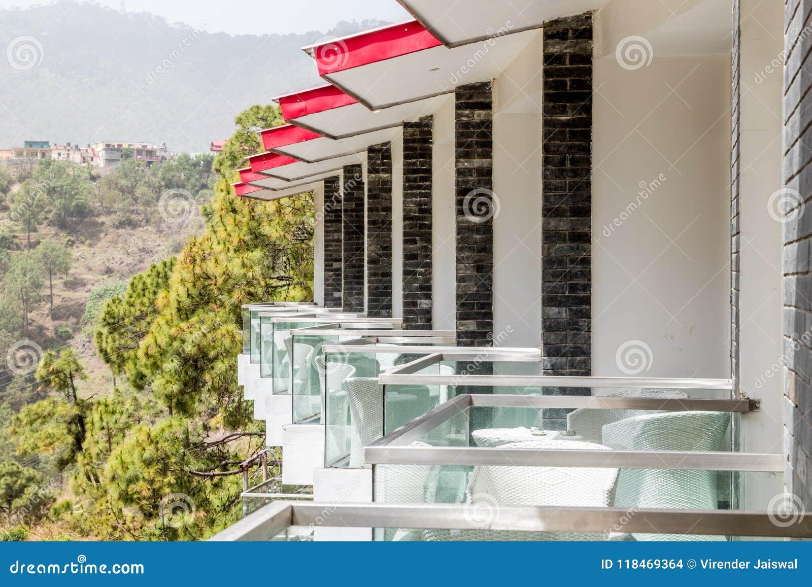 Boczny widok balkony kurort