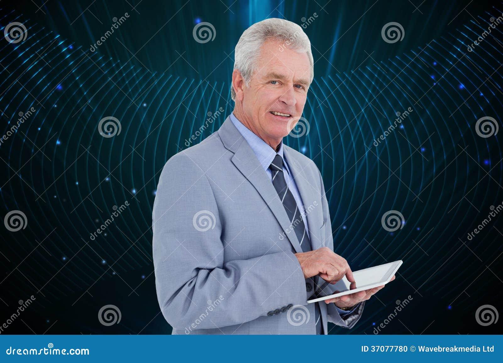 Download Boczny Widok Dojrzały Tradesman Z Pastylka Komputerem Ilustracji - Ilustracja złożonej z komputer, shiners: 37077780