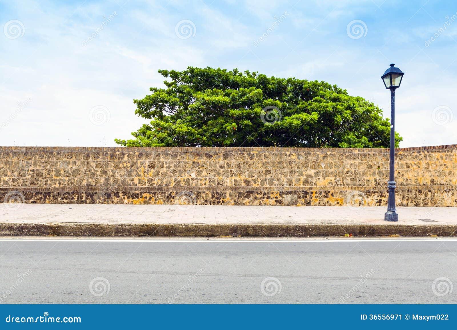 Boczny widok na ulicie z chodniczkiem