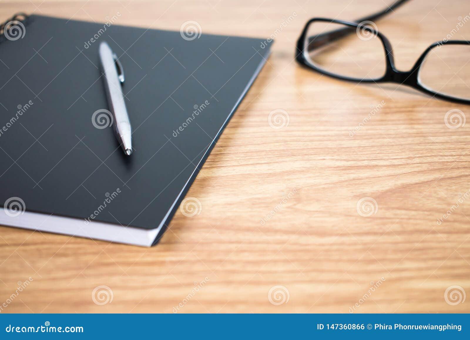 Boczny widok pióro w pogotowiu na stole notatnik i z bliska
