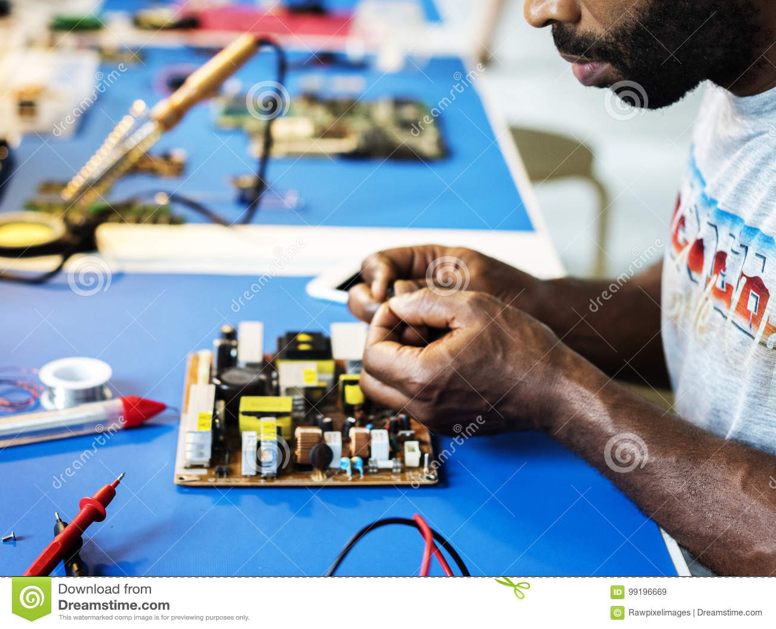 Boczny widok pracuje na komputerowym mainboard technik