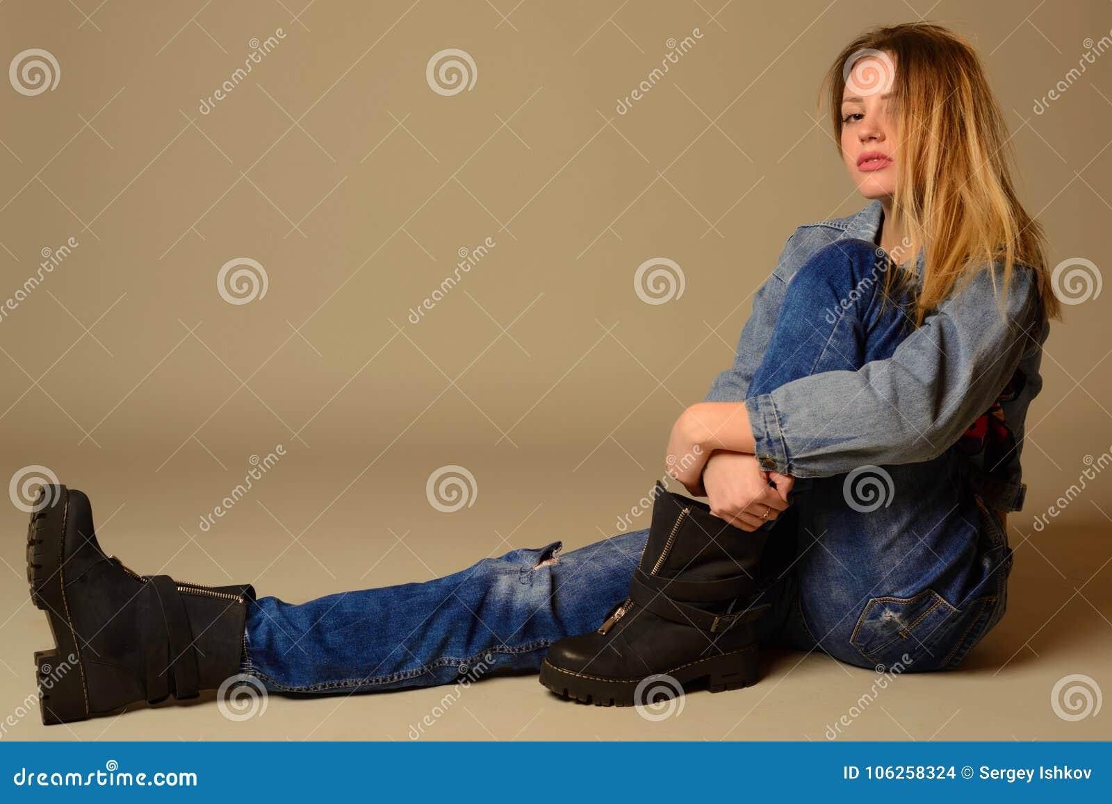 Boczny widok przypadkowa młoda kobieta kłaść na podłoga