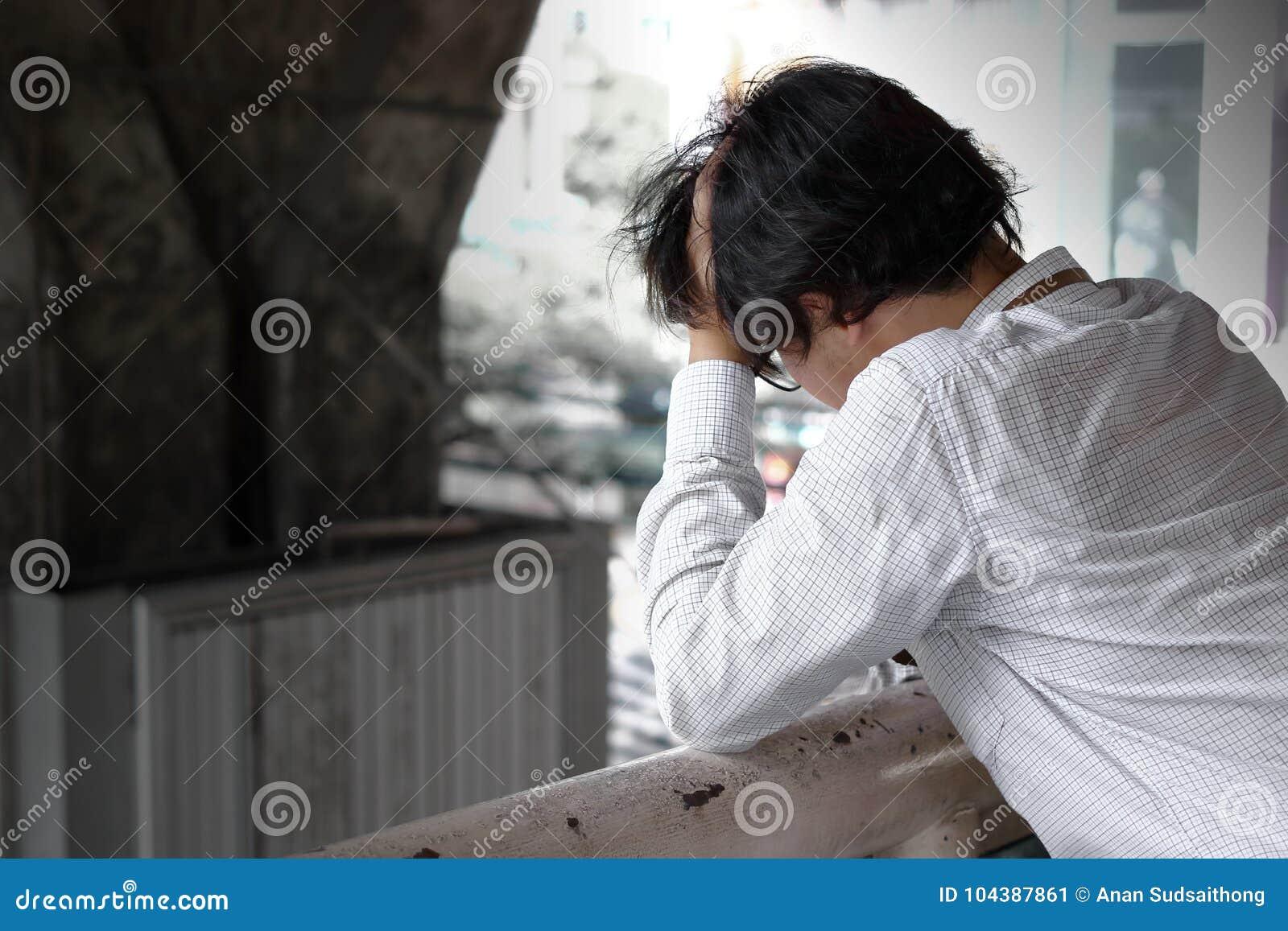 Boczny widok sfrustowany zaakcentowany młody Azjatycki biznesowego mężczyzna uczucie rozczarowywający lub poważny z pracą