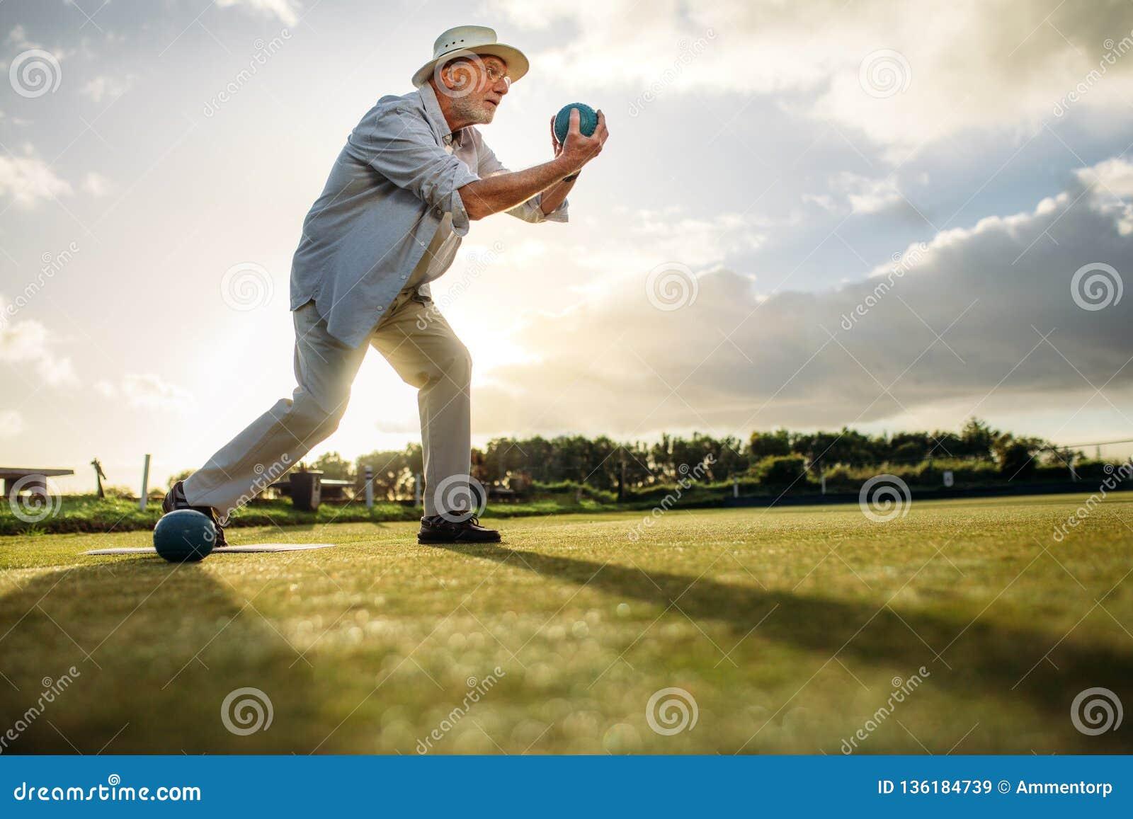 Boczny widok starszy mężczyzna bawić się boules
