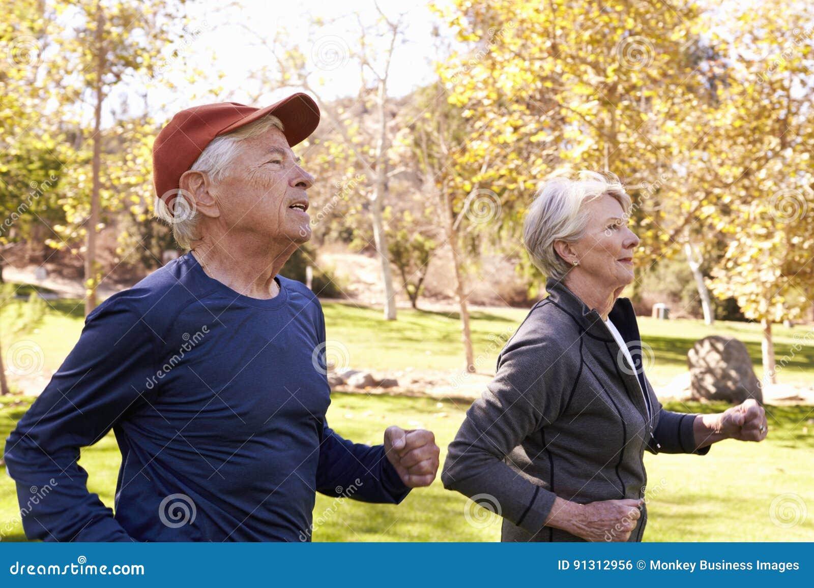 Boczny widok Starszy pary władzy odprowadzenie Przez parka