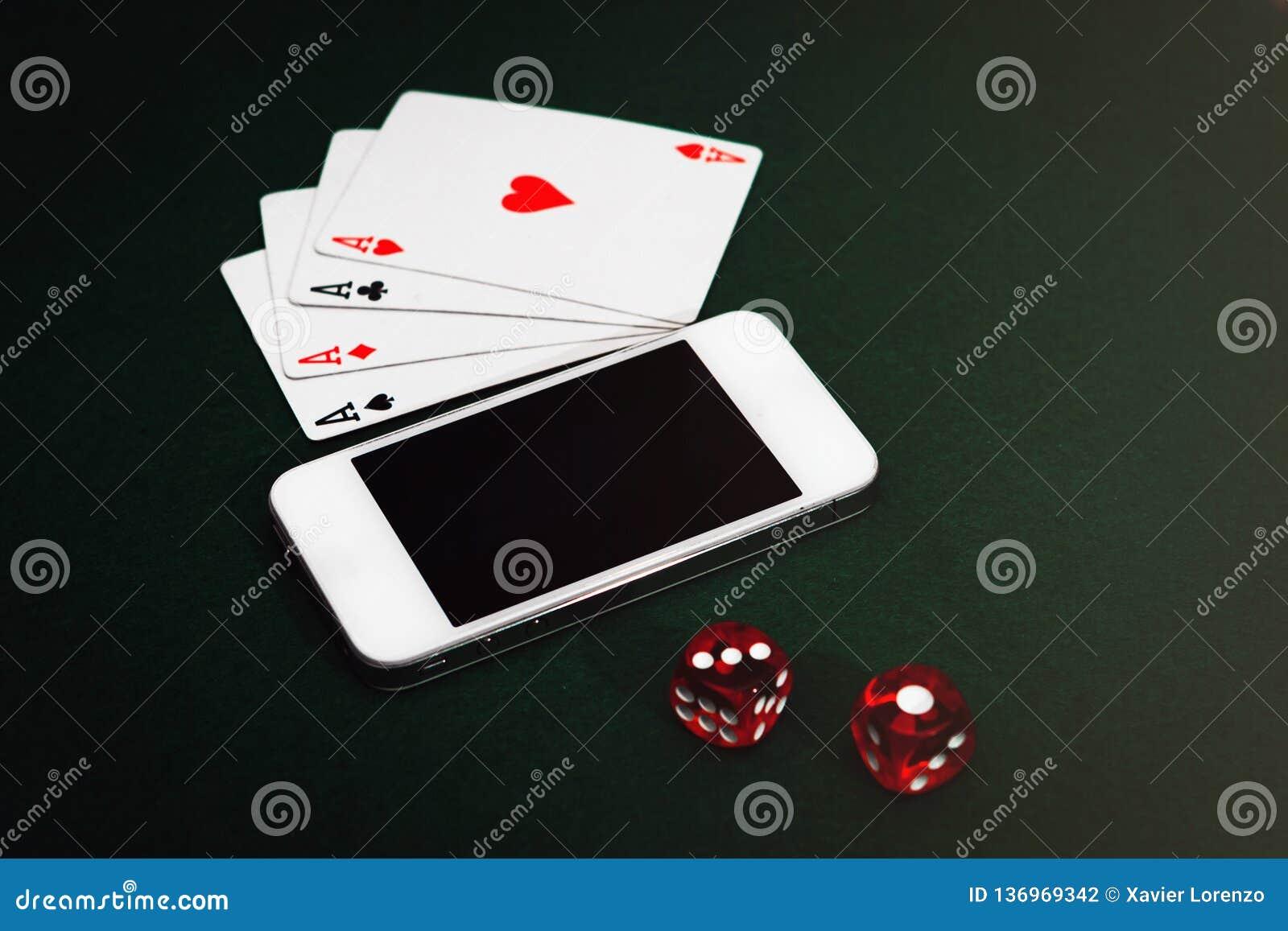 Boczny widok zielony grzebaka stół z smartphone, grępluje i dices Uprawiać hazard app nałóg