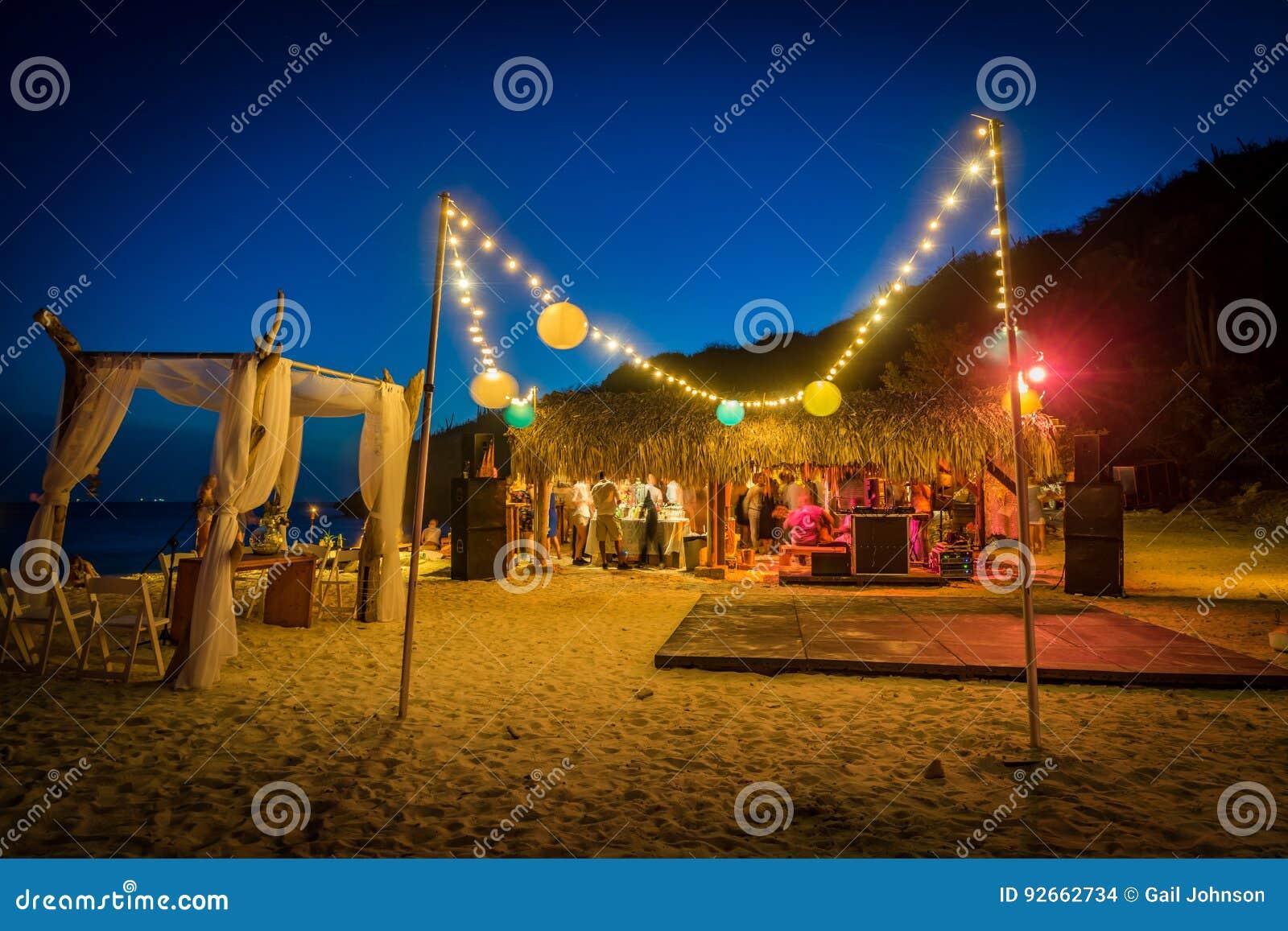 Boda de playa en las opiniones de Curaçao de la noche