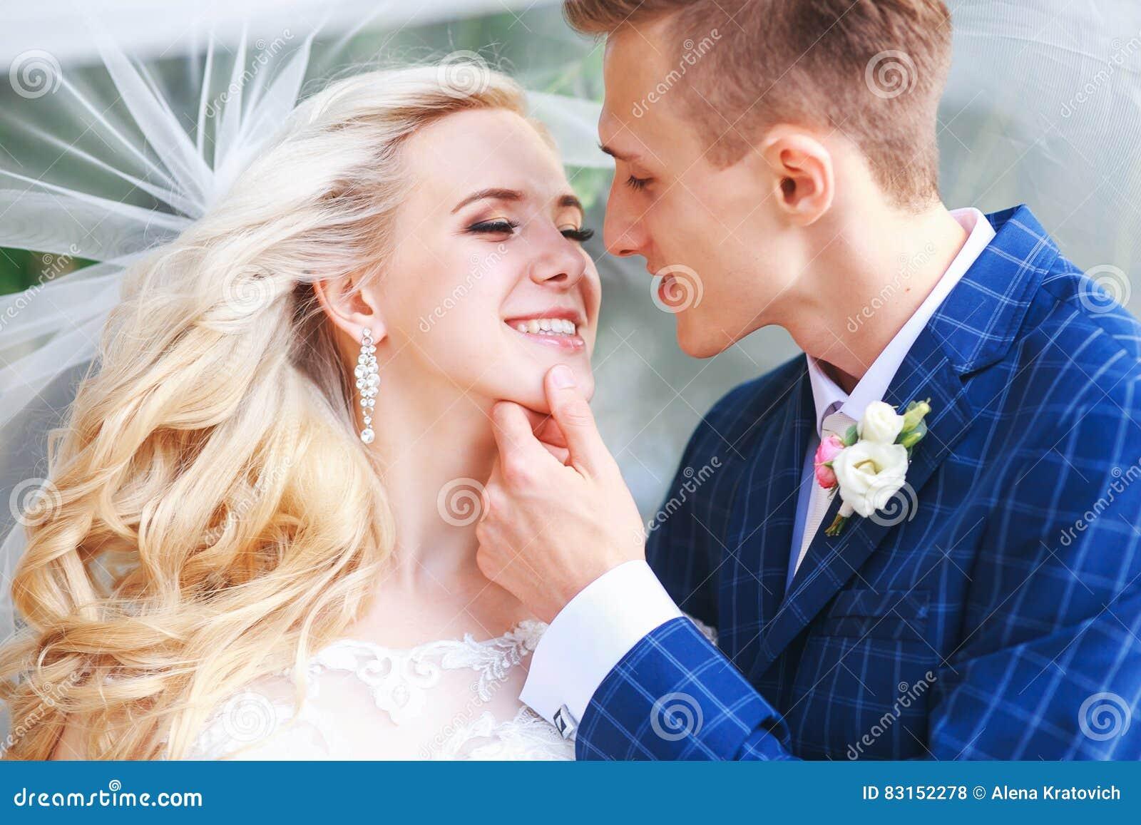 Boda Novia y novio, besándose en un parque hermoso en el día de boda , Pareja casada romántica Casarse pares al aire libre es abr