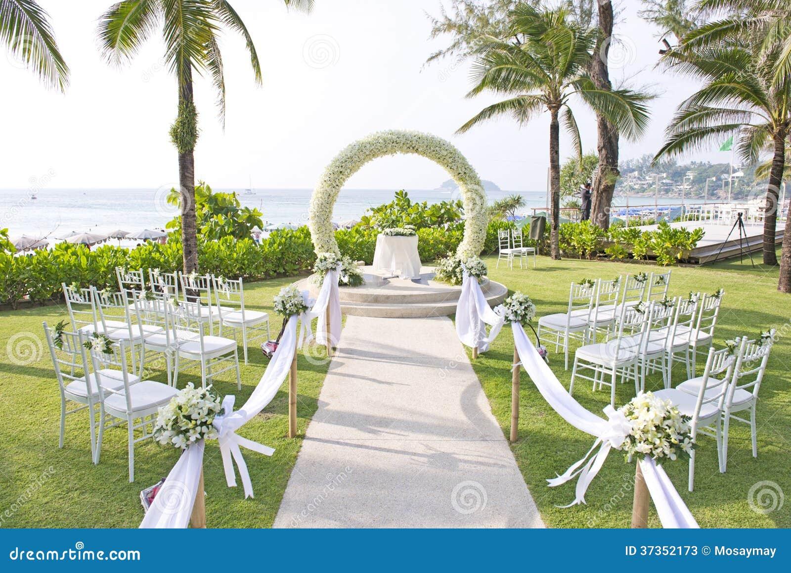Boda puesta en jard n dentro de la playa imagen de archivo for Au jardin wedding