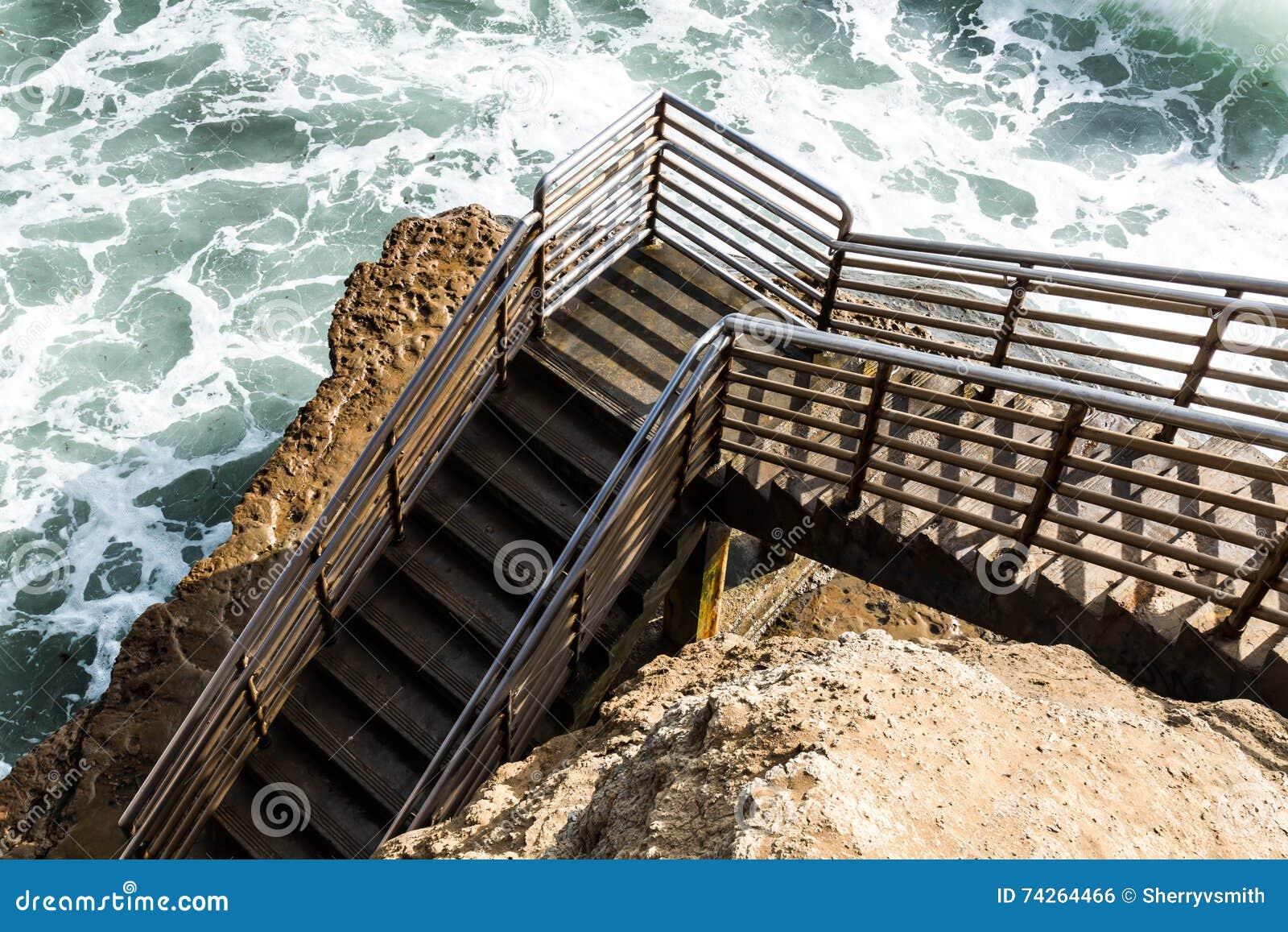 Bodem van de trap van de strandtoegang zonsondergangklippen san