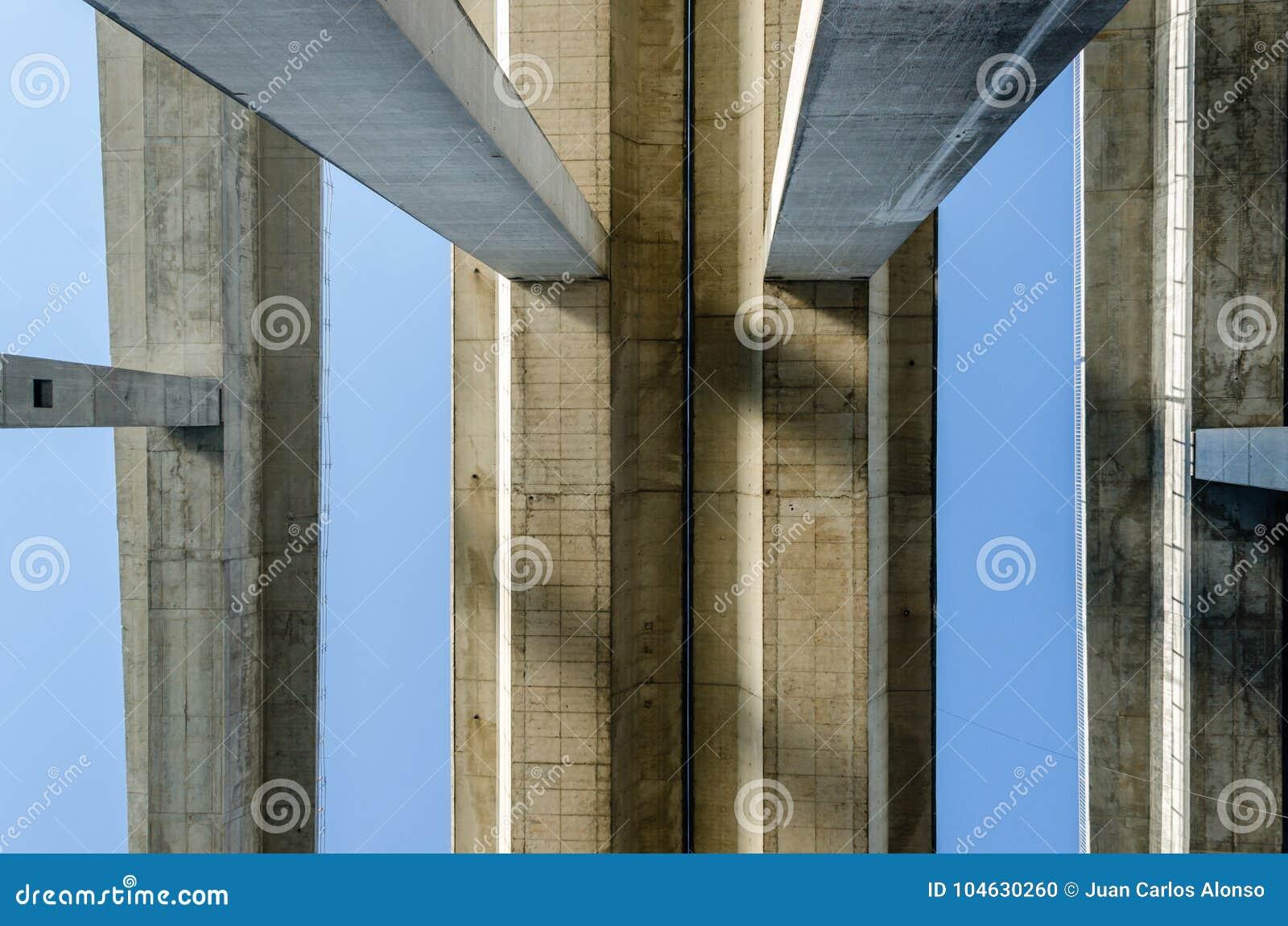 Download Bodemmening Van Drie Concrete Brugdekken En Zij Kolommen Stock Foto - Afbeelding bestaande uit meetkunde, gebleven: 104630260
