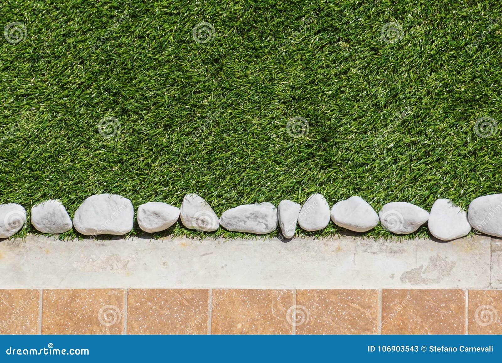 Download Bodendesign Mit Fliesen Und Dekorativem Kies Verschiedene  Materialien Für Den Fußboden Im Garten Berufsgartenarbeit Stockbild