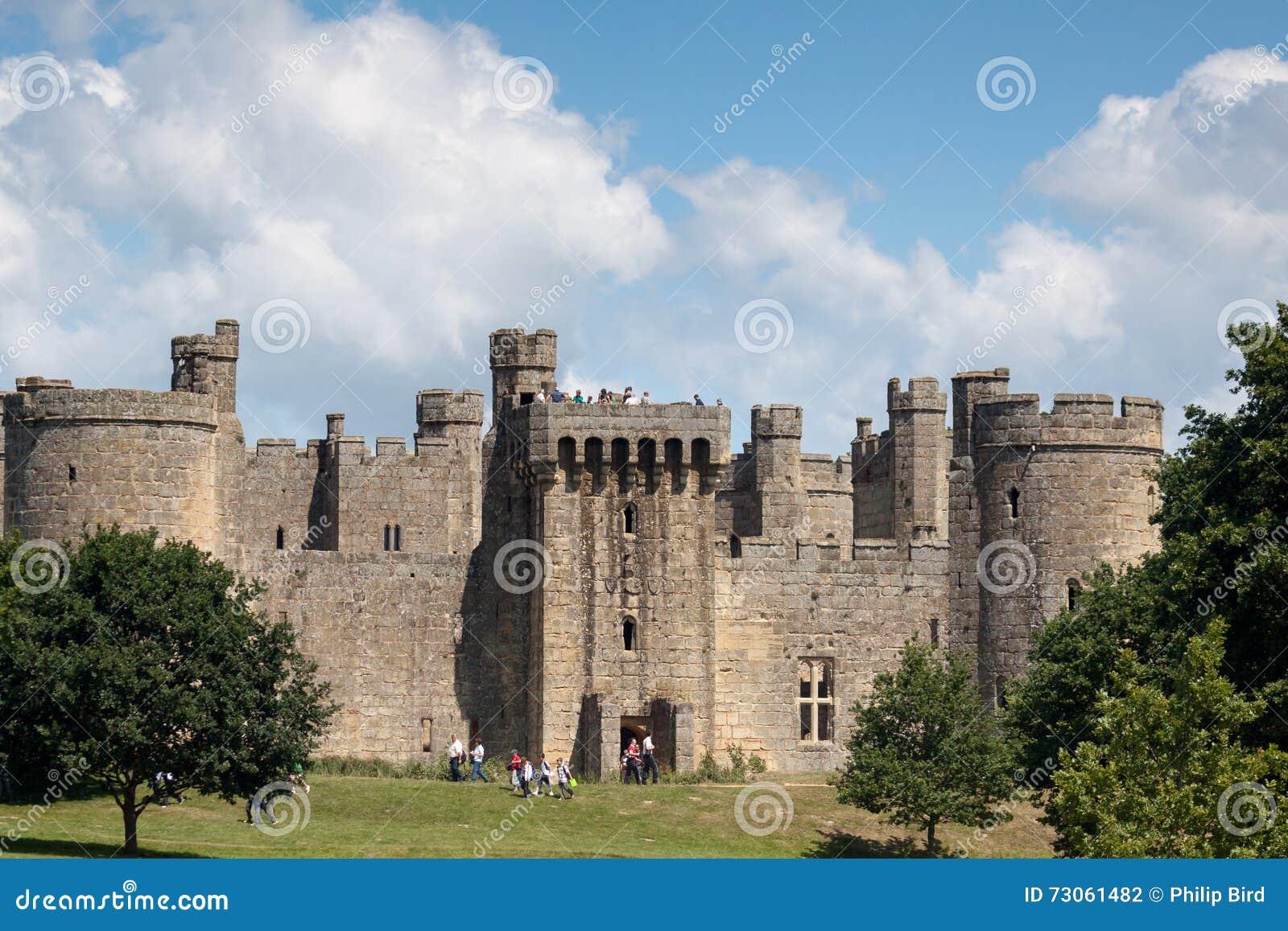 BODIAM, ВОСТОЧНОЕ SUSSEX/UK- 24-ОЕ ИЮНЯ: Замок Bodiam принятый от паба