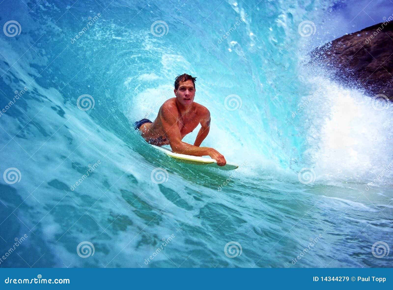 Bodyboarder Chris Gagnon Surfing in Hawaï