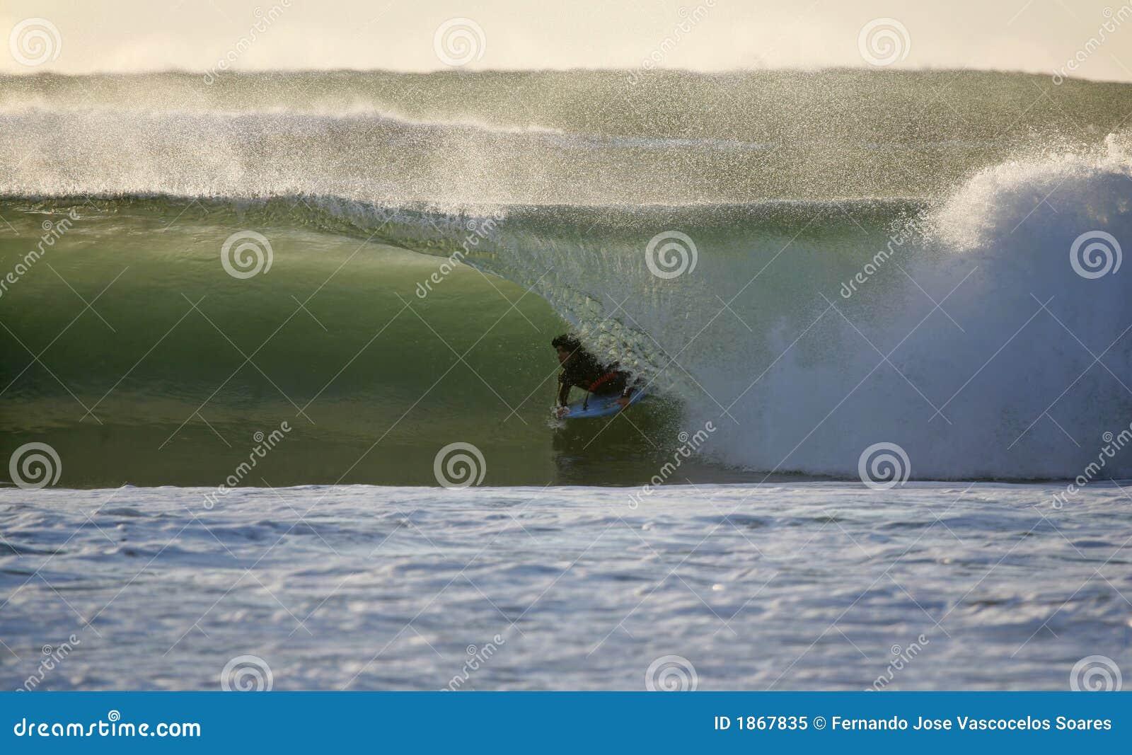 Bodyboarder en la onda
