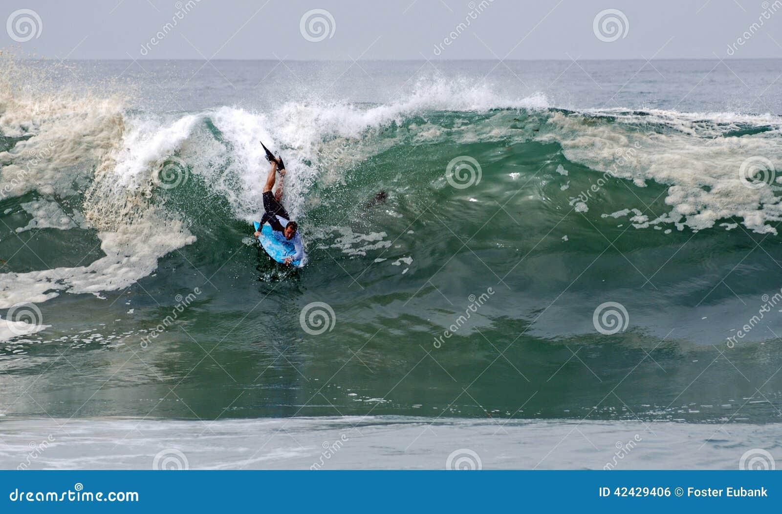 Bodyboarder en una onda en el Laguna Beach, CA