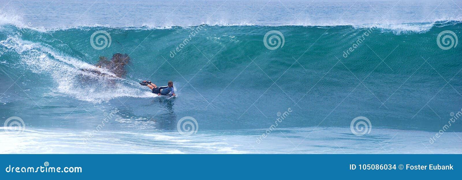 Bodyboarder jedzie fala przy laguna beach, CA