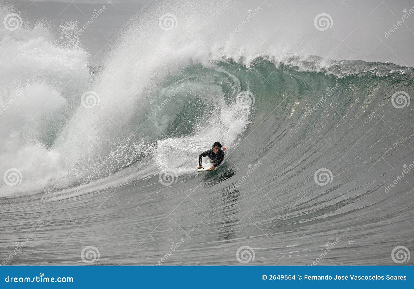 Bodyboarder na onda