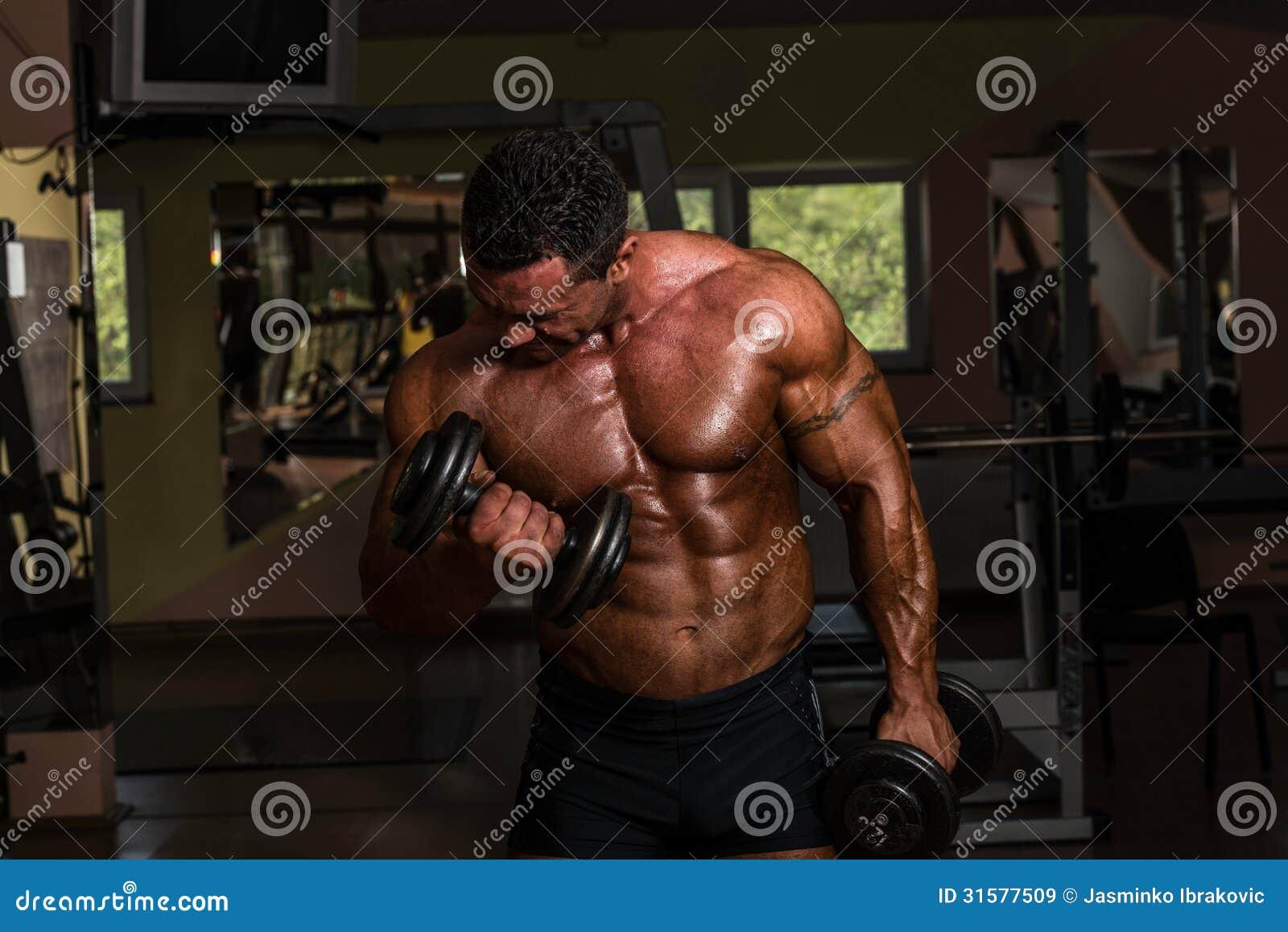 Bodybuilder, der Schwergewichts- Übung für Bizeps mit Dummkopf tut