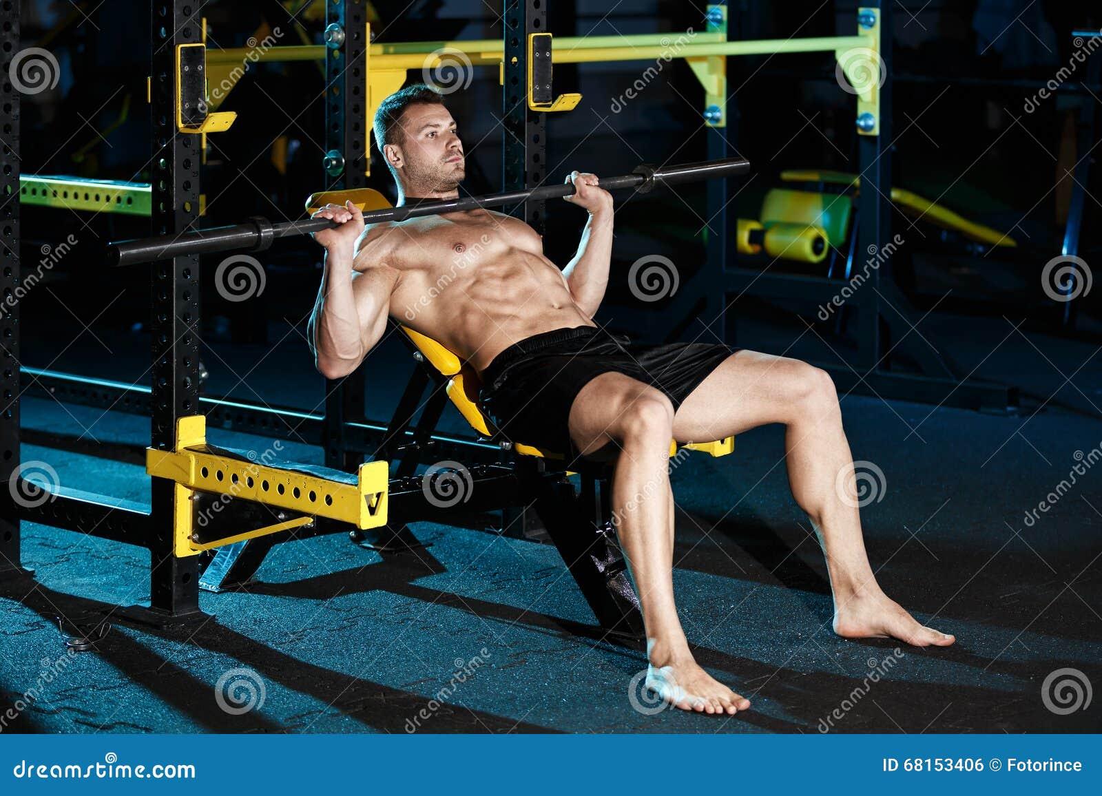 Bodybuilder die met gewichten uitoefenen