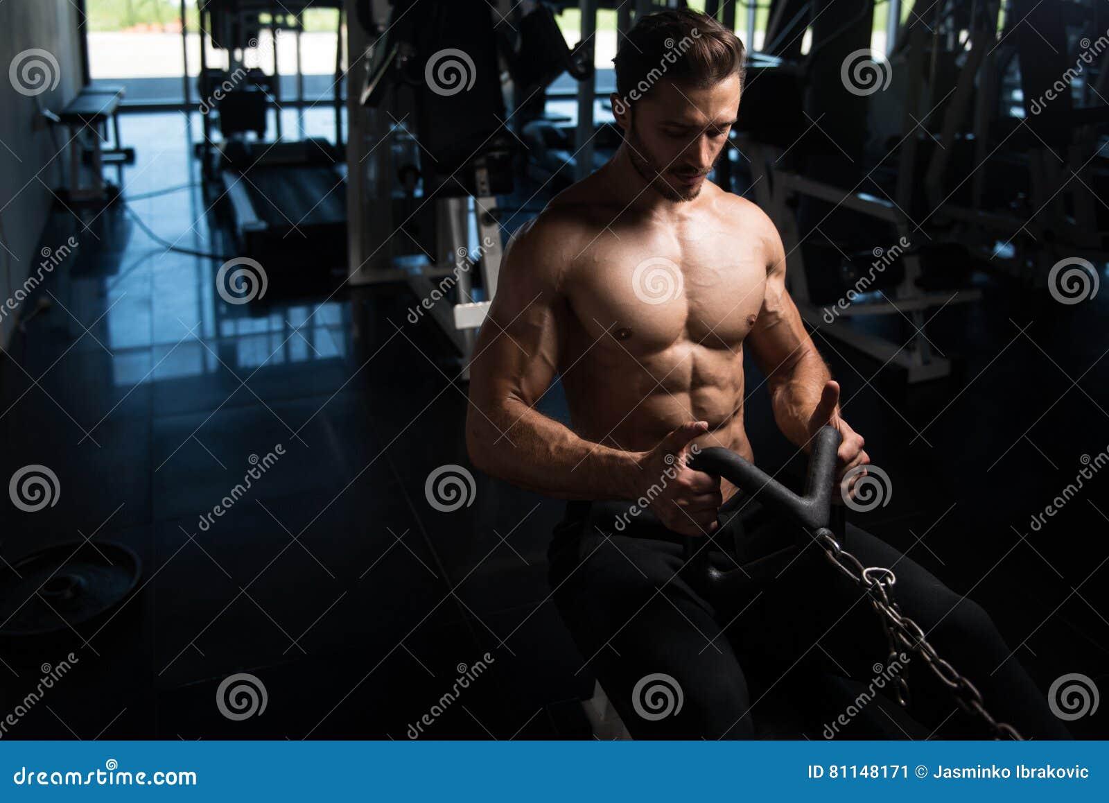 Bodybuilder die terug in Gymnastiek uitoefenen