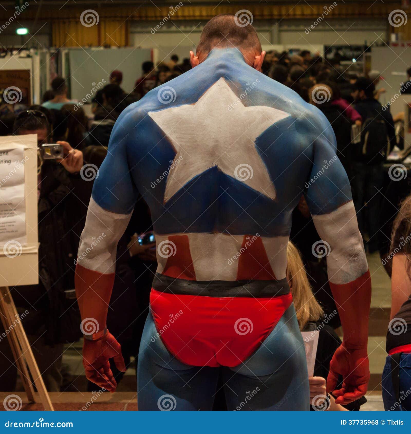 Bodybuilder podczas ciało obrazu sesi przy Milano tatuażu konwencją