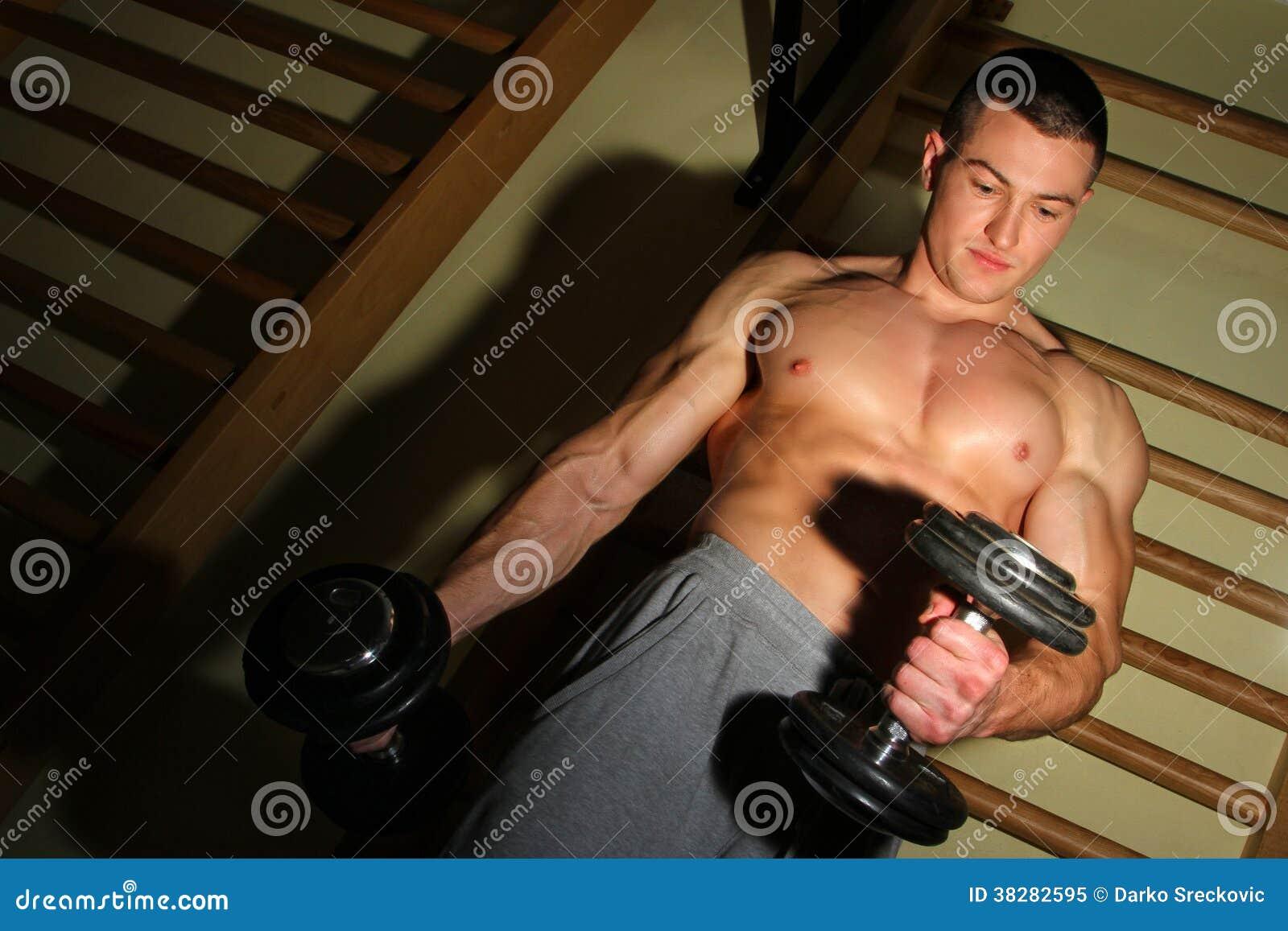 Bodybuilder trenuje mocno