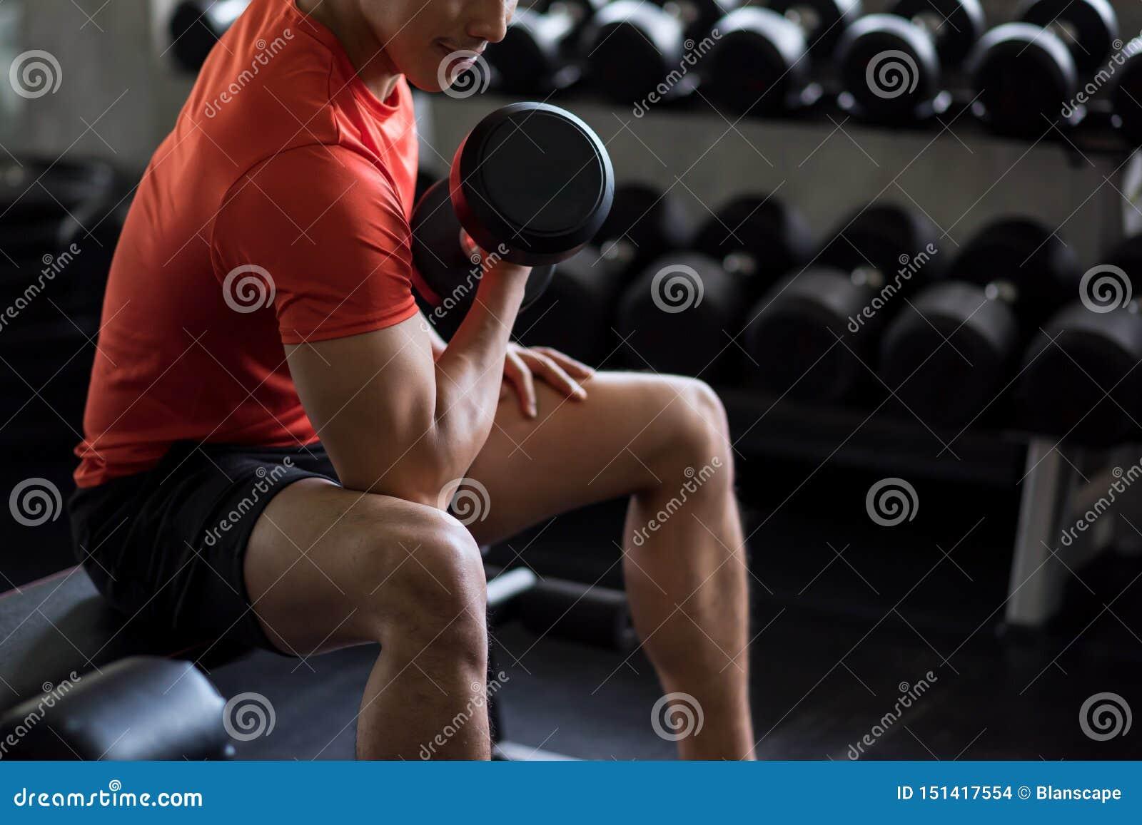 Bodybuilderoefening met domoor in gymnastiek