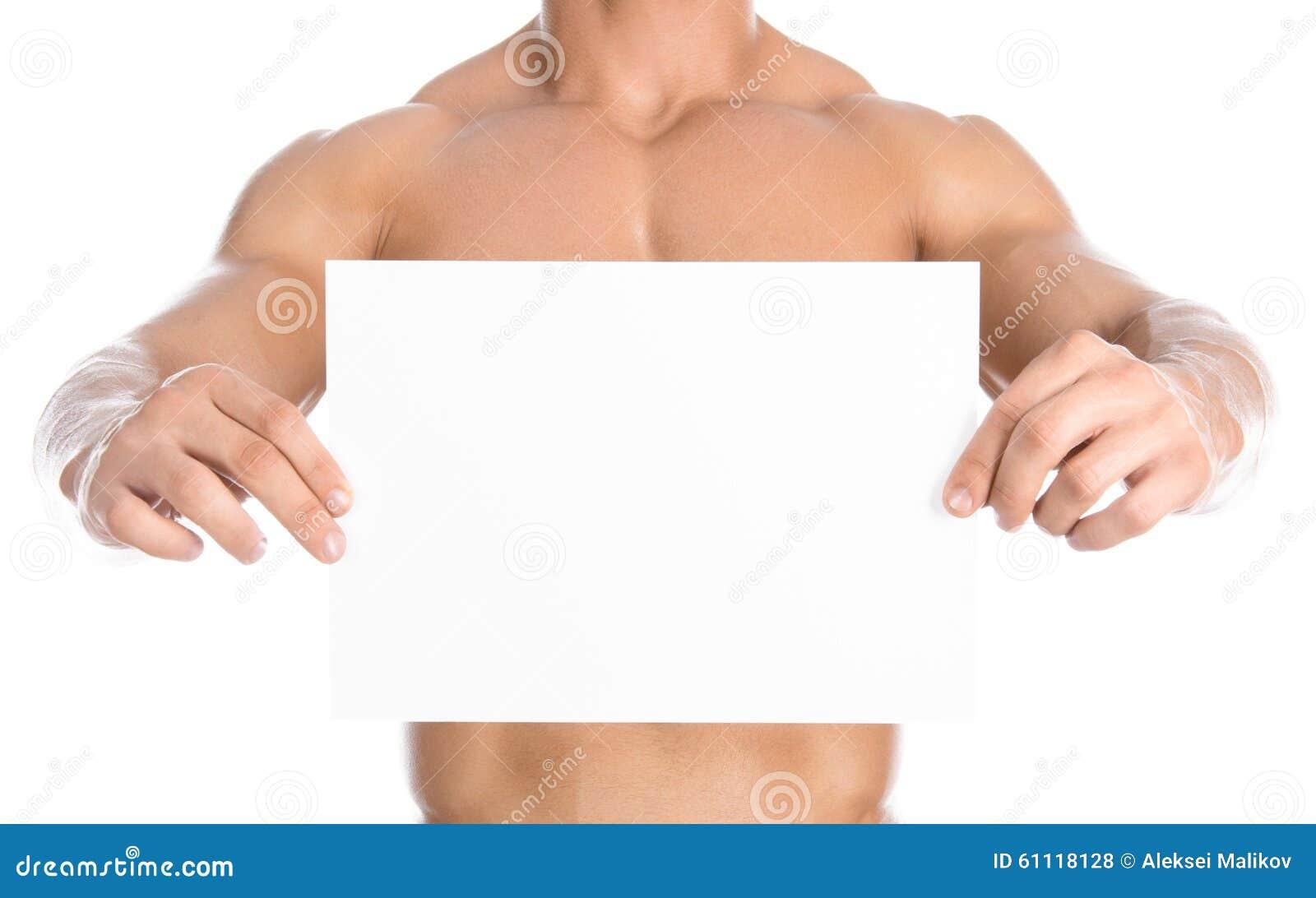 Bodybuilding και διαφήμιση: ένα συμπαθητικό ισχυρό bodybuilder που κρατά μια άσπρη κενή κάρτα εγγράφου απομονωμένη στο άσπρο υπόβ