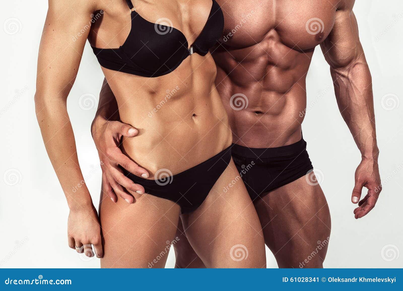 Bodybuilding Silny mężczyzna i kobieta pozuje na białym tle