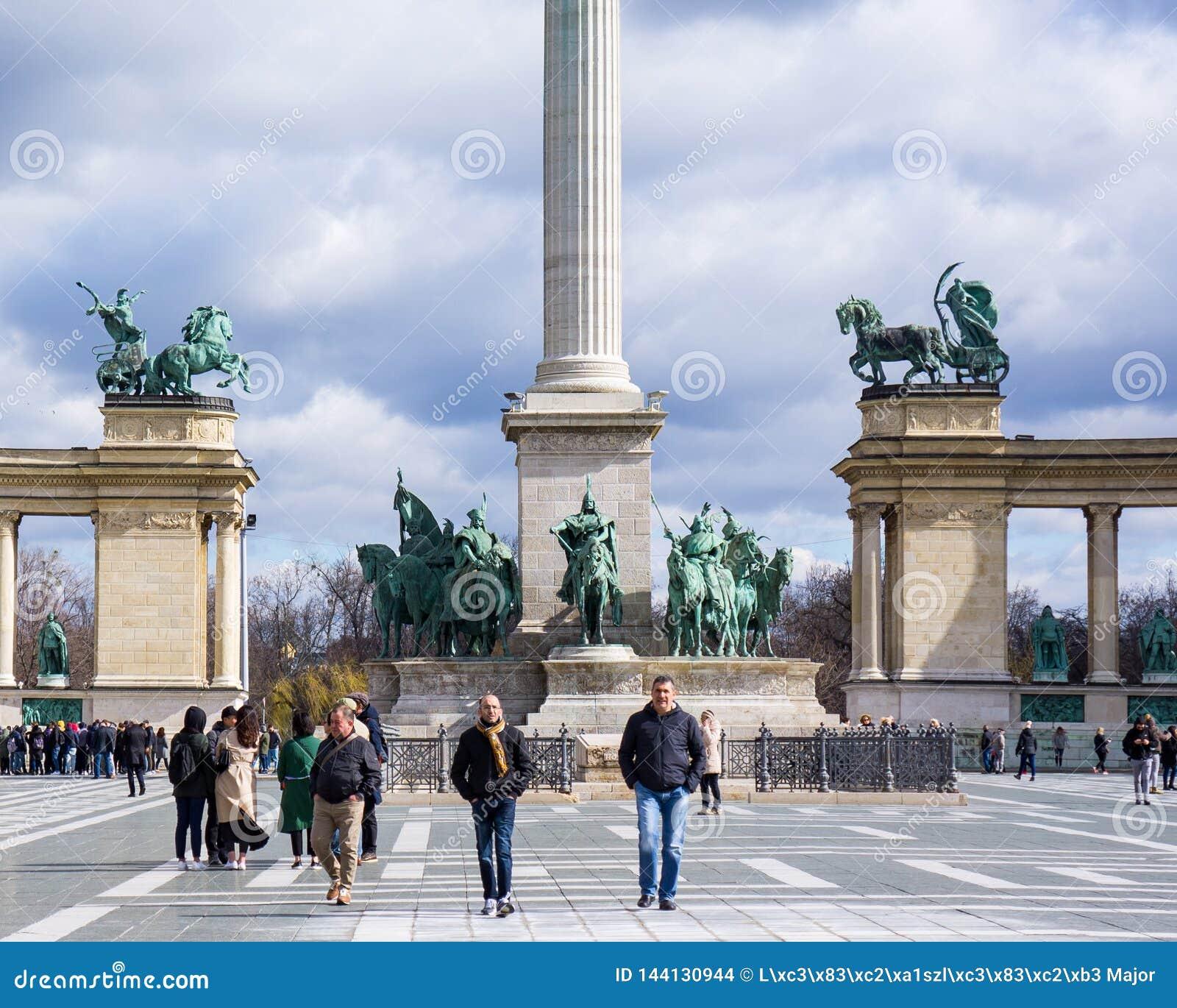 Boedapest Hongarije 03 15 2019 Drie mensen lopen in het heldenvierkant