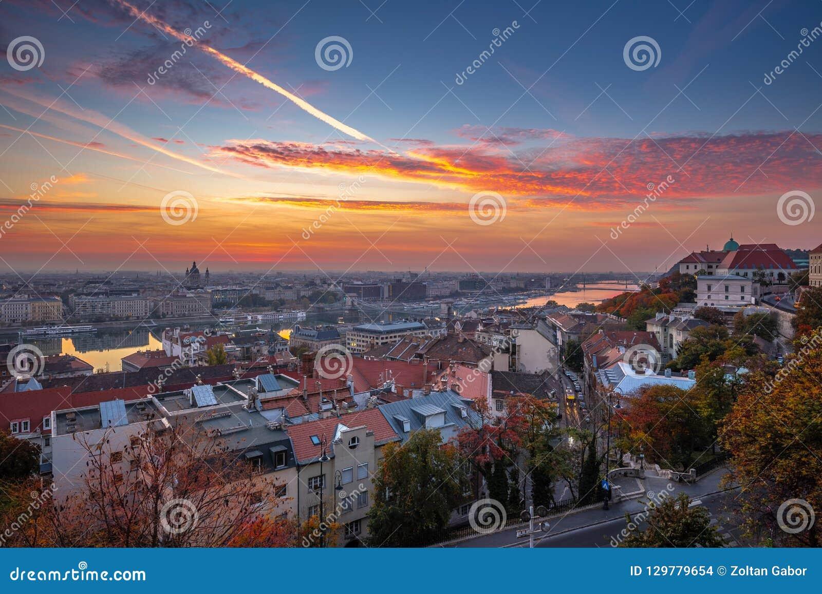 Boedapest, Hongarije - Luchthorizonmening van Boedapest bij zonsopgang met mooie kleurrijke hemel