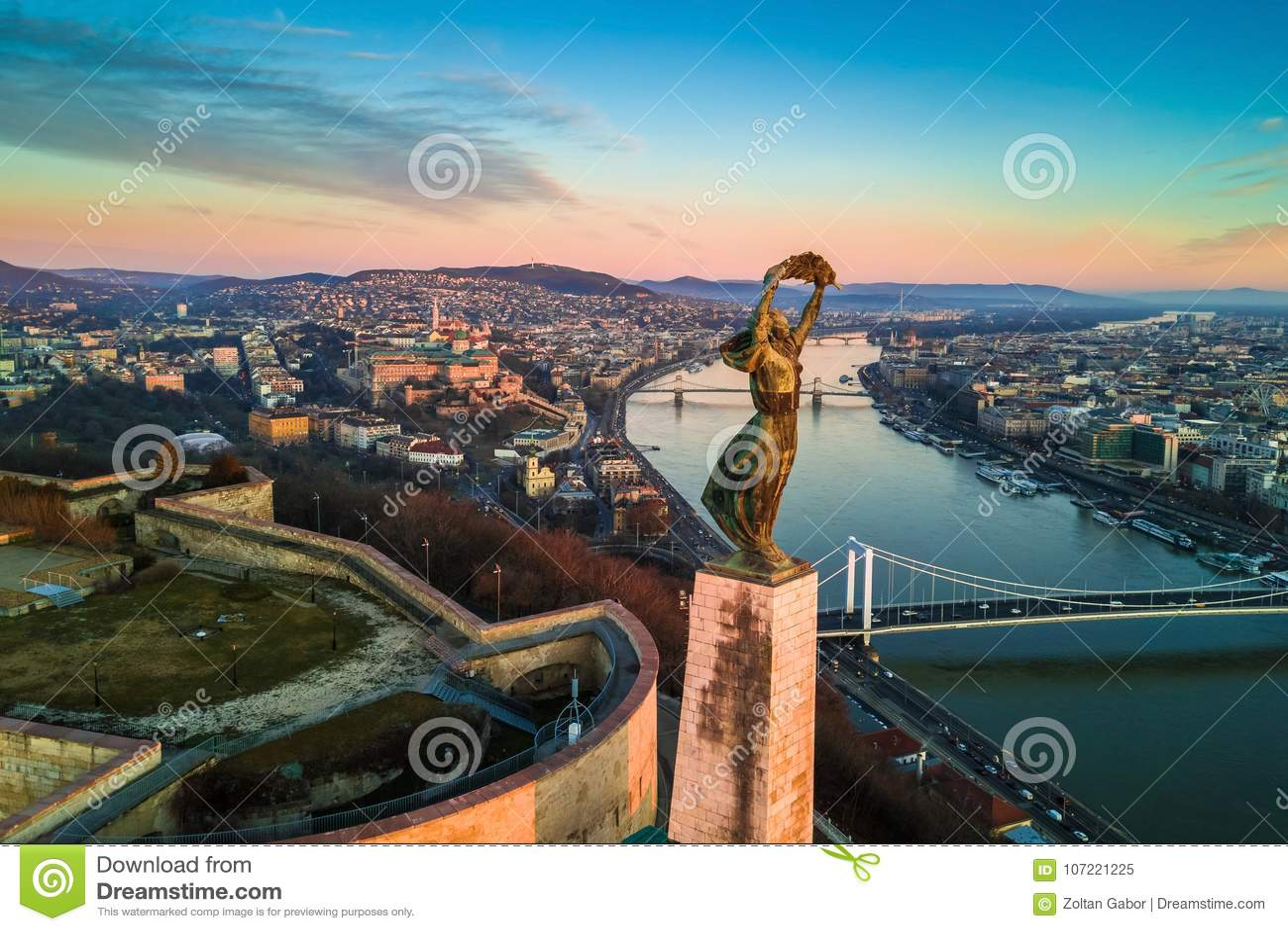 Boedapest, Hongarije - Luchthorizonmening van Standbeeld van Vrijheid met Buda Castle Royal Palace