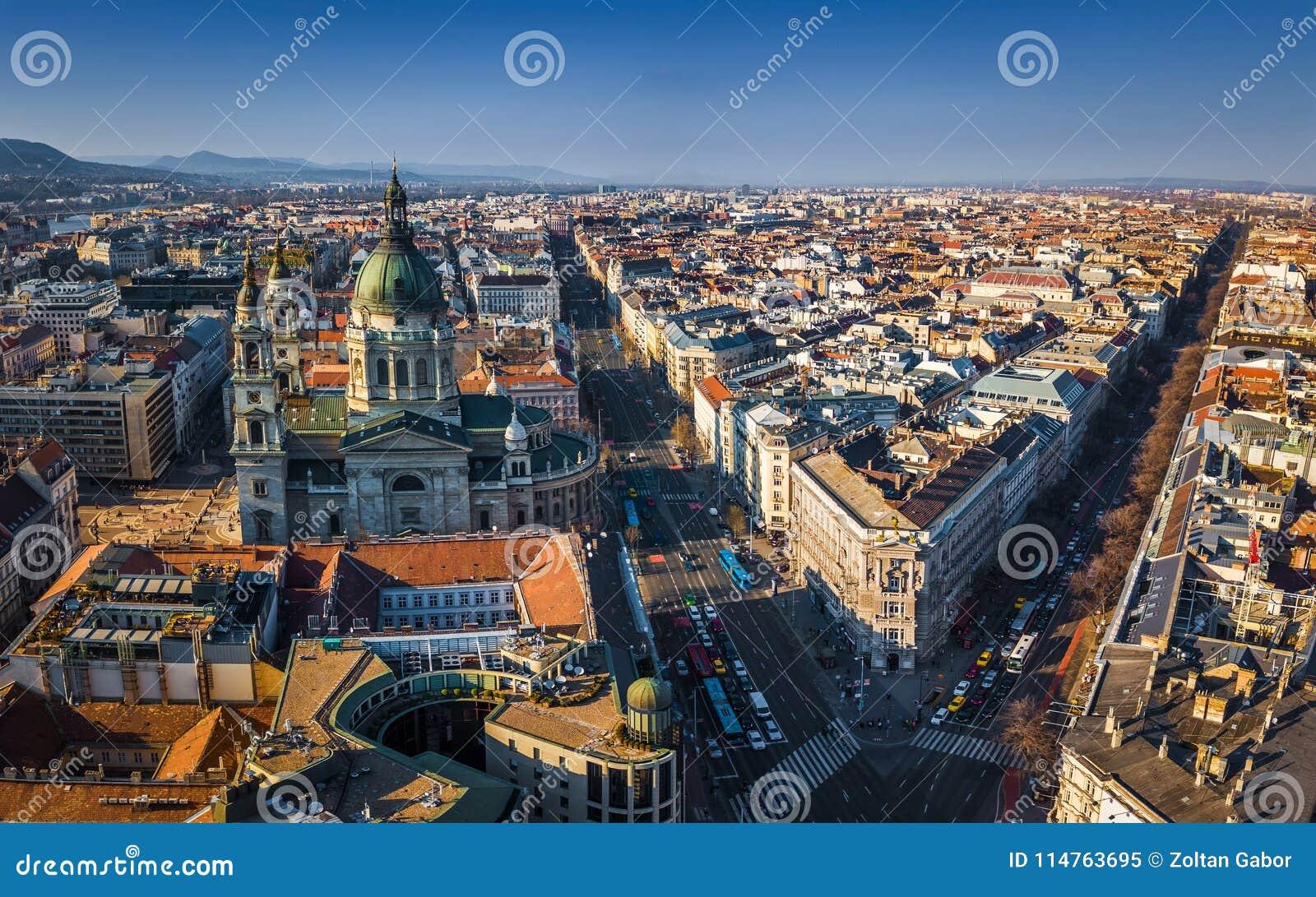 """Boedapest, Hongarije - Luchtmening van de basiliek van StStephen ` s met Andrassy-straat en straat van Bajcsy†de """"Zsilinszky"""