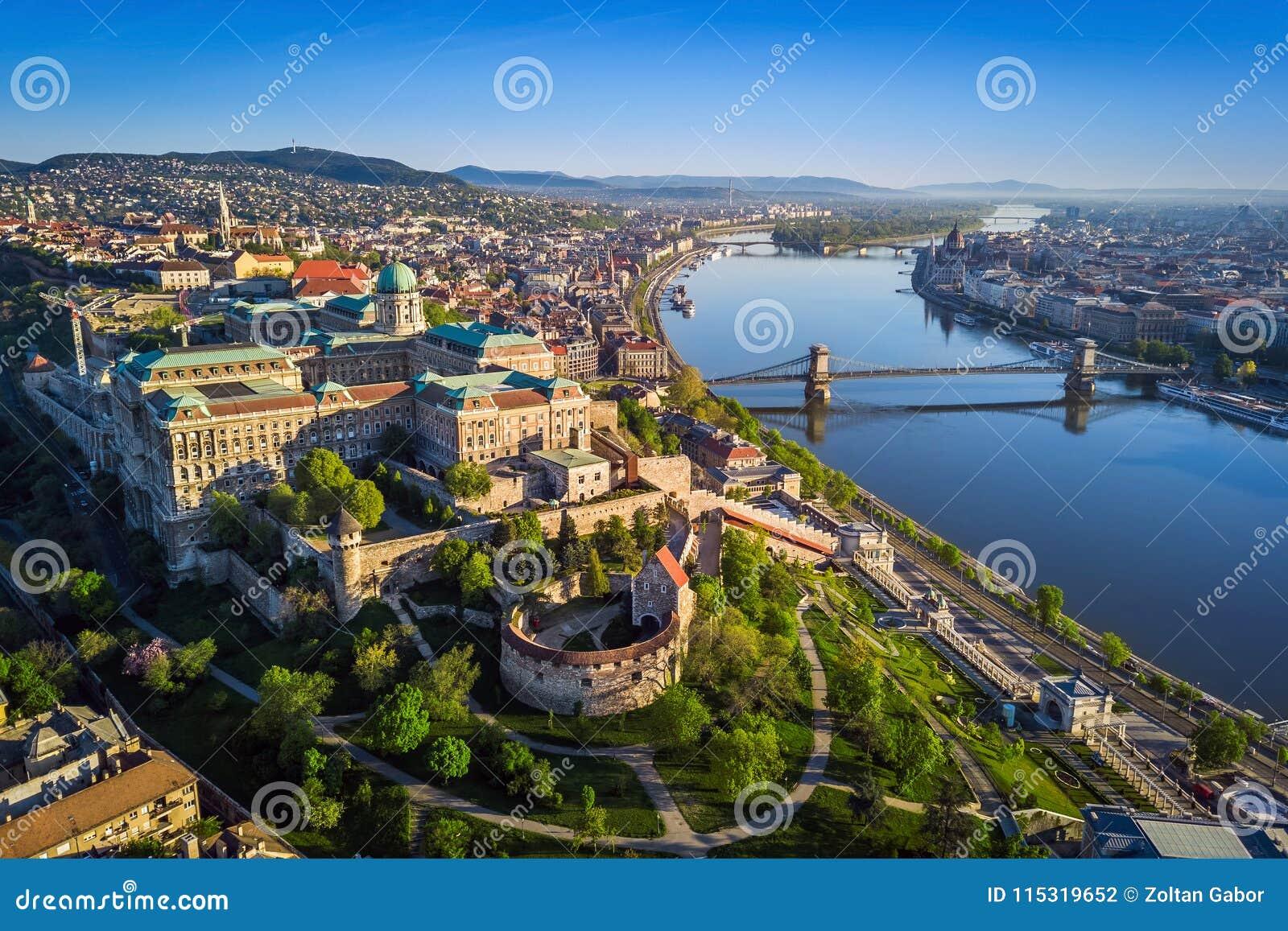 Boedapest, Hongarije - Mooie luchthorizonmening van Buda Castle Royal Palace en Zuiden Rondella bij zonsondergang